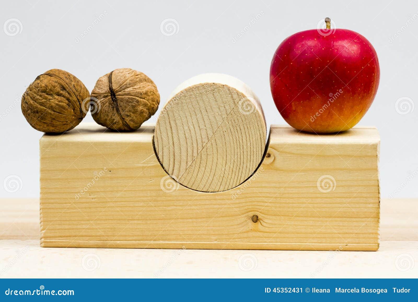 Morceaux géométriques en bois avec des pommes et des noix