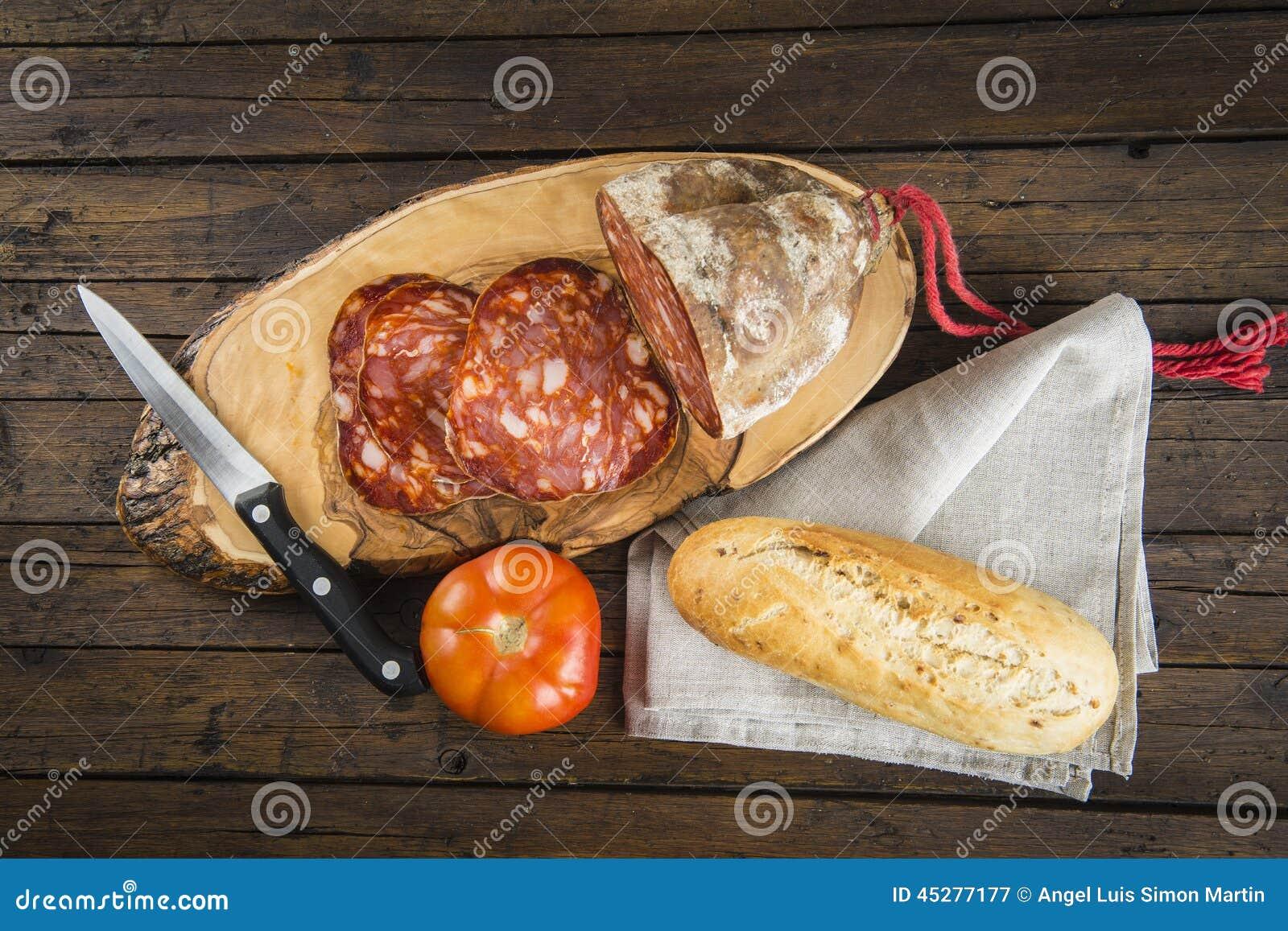 Morcon, una salchicha española con pan y el tomate
