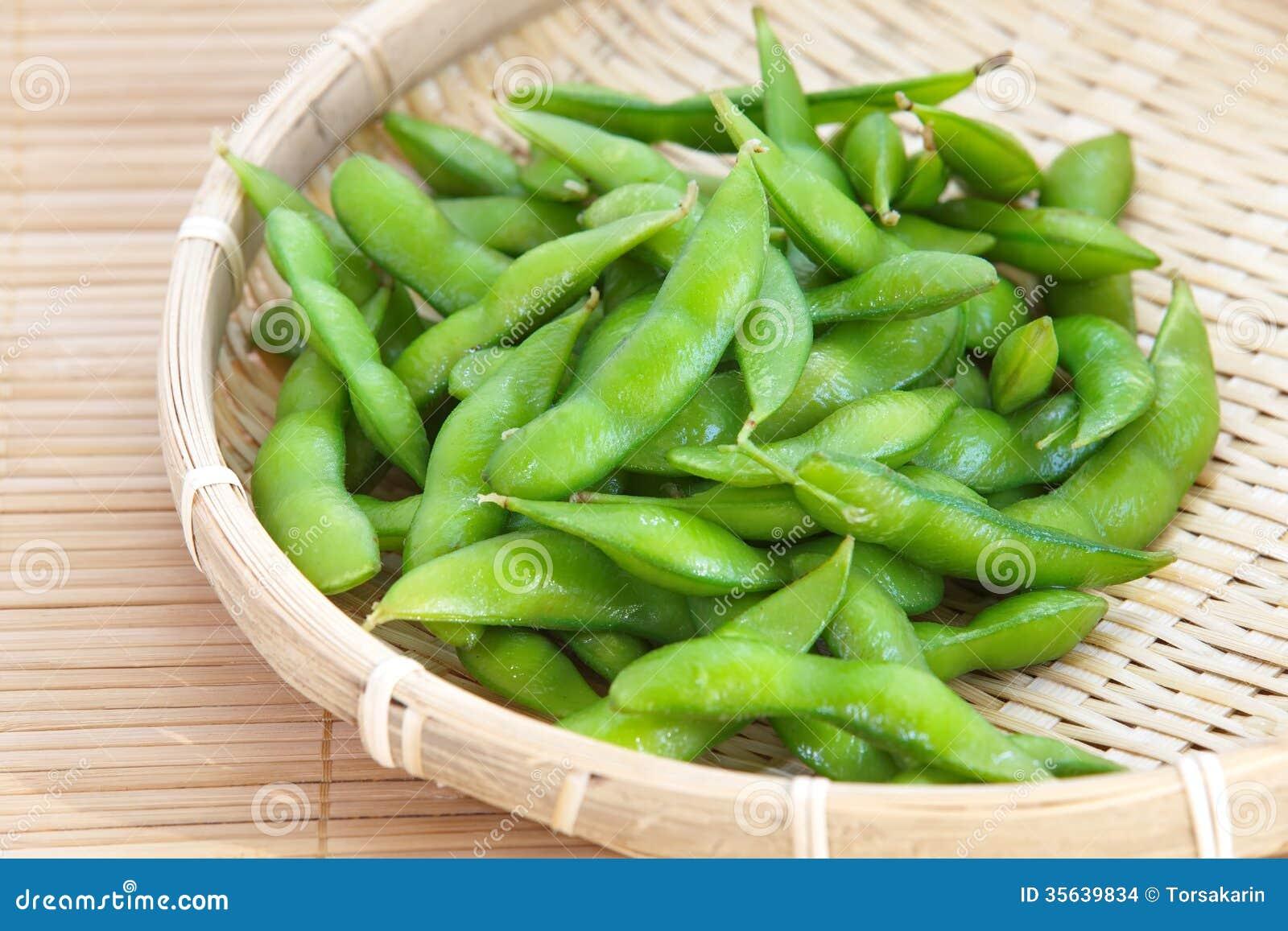 Mordiscos de Edamame, habas verdes hervidas de la soja