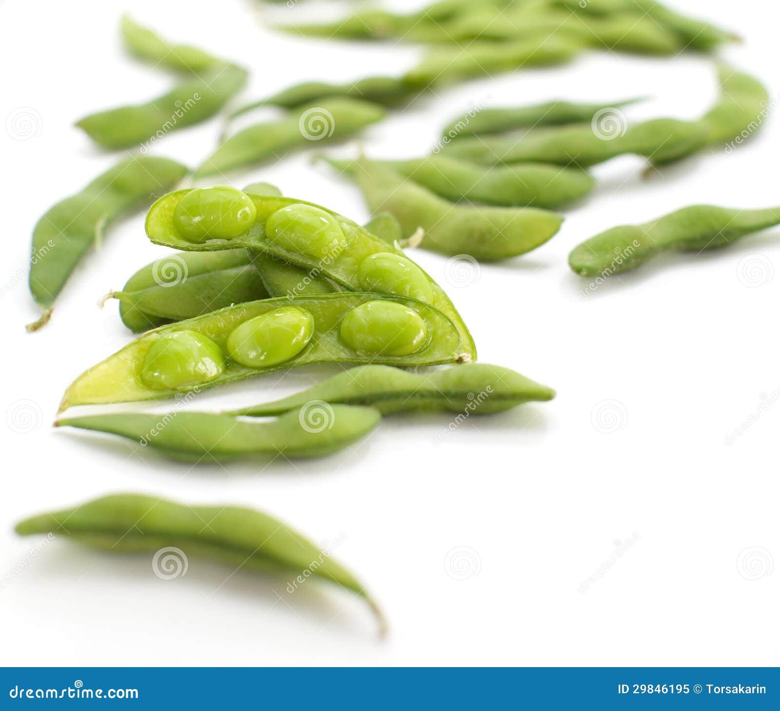 Mordiscos de Edamame, habas verdes hervidas de la soja, comida japonesa