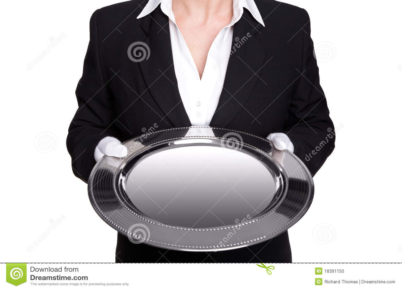 Mordomo fêmea que mantem uma bandeja de prata isolada.