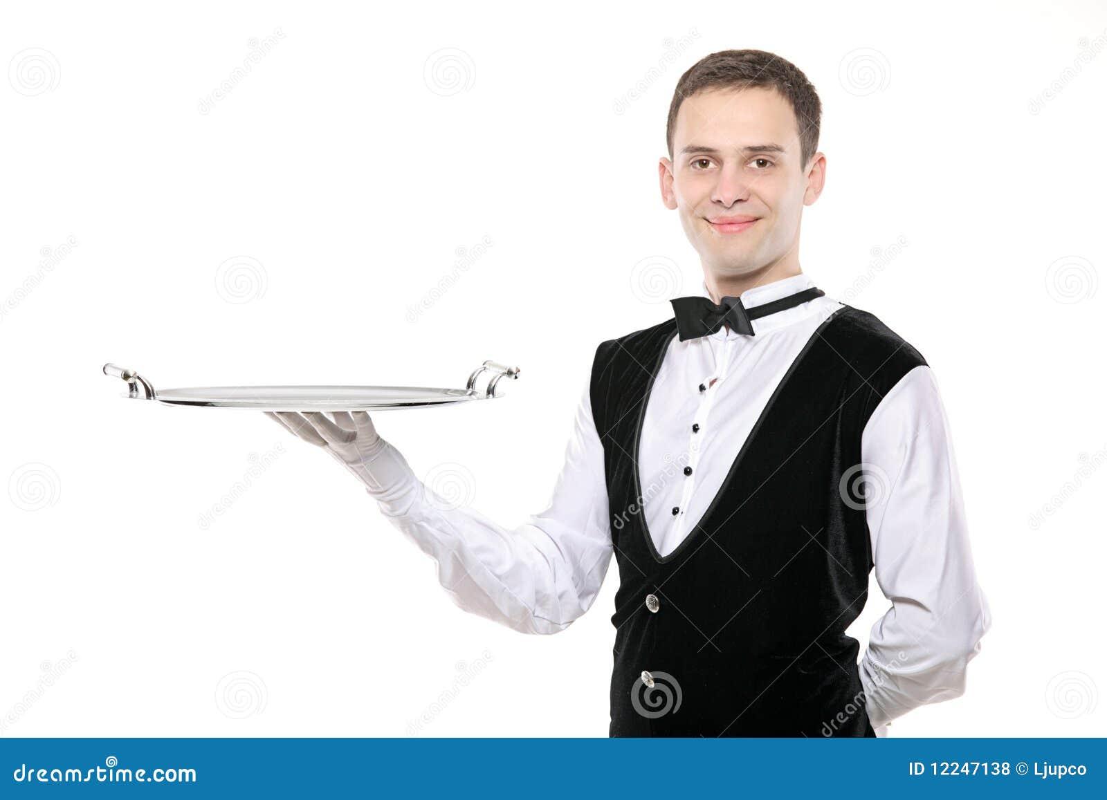 Mordomo que prende uma bandeja de prata vazia