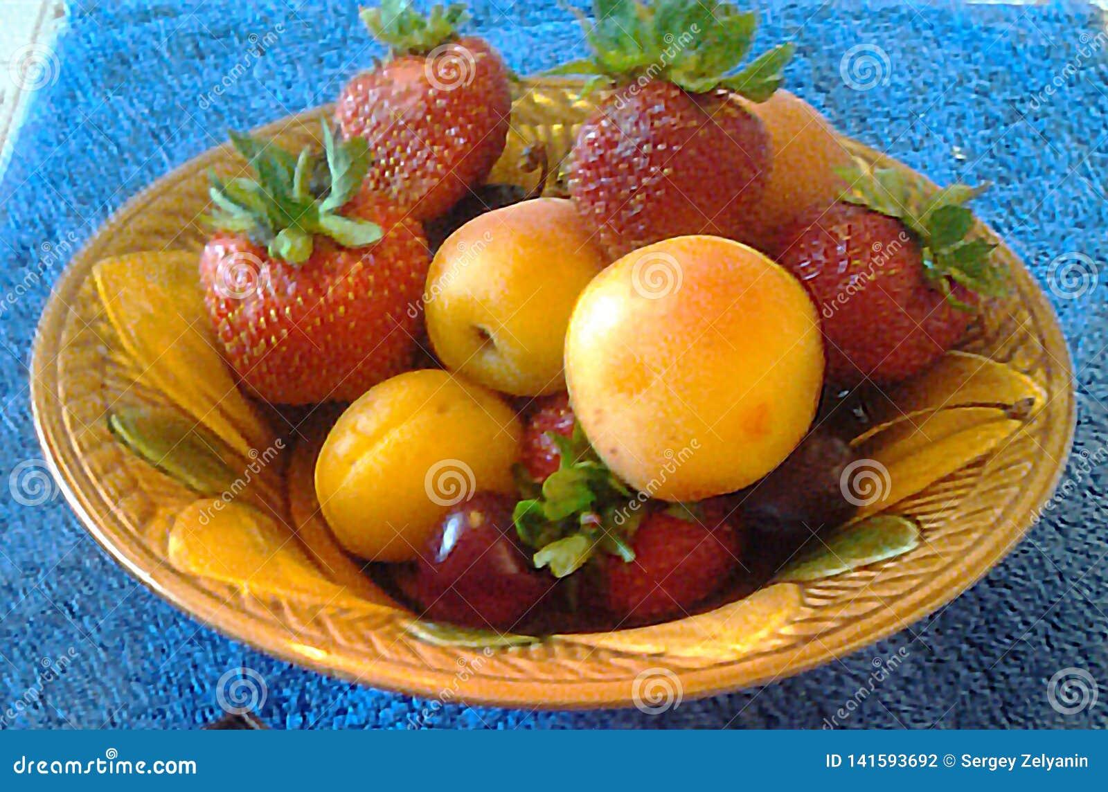 Morele, brzoskwinie, truskawki i wiśnie,