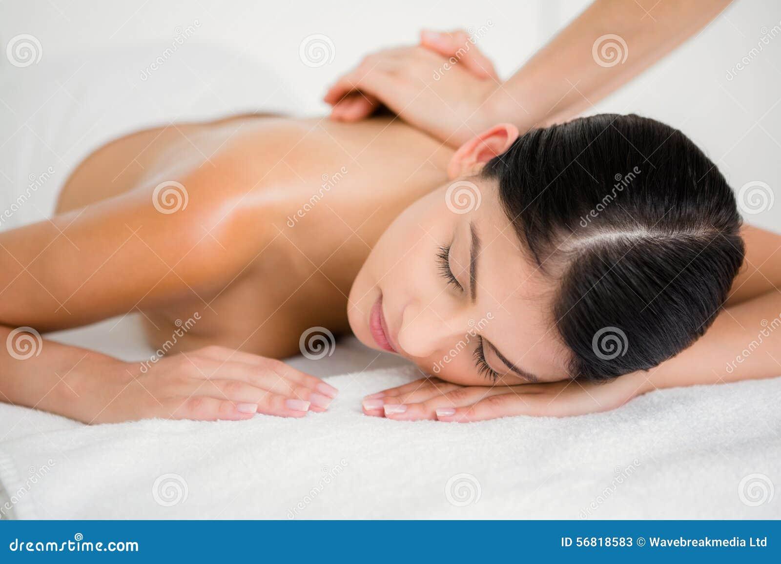 Morena bonita que aprecia uma massagem