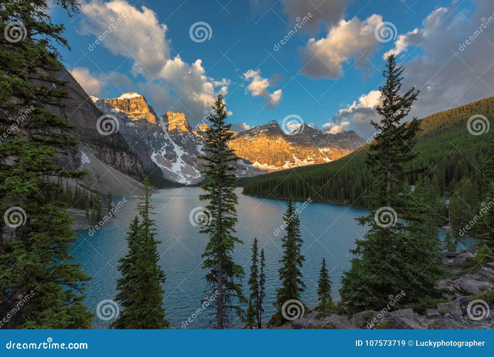 Morena jezioro przy wschodem słońca w Banff parku narodowym, Kanadyjskie Skaliste góry
