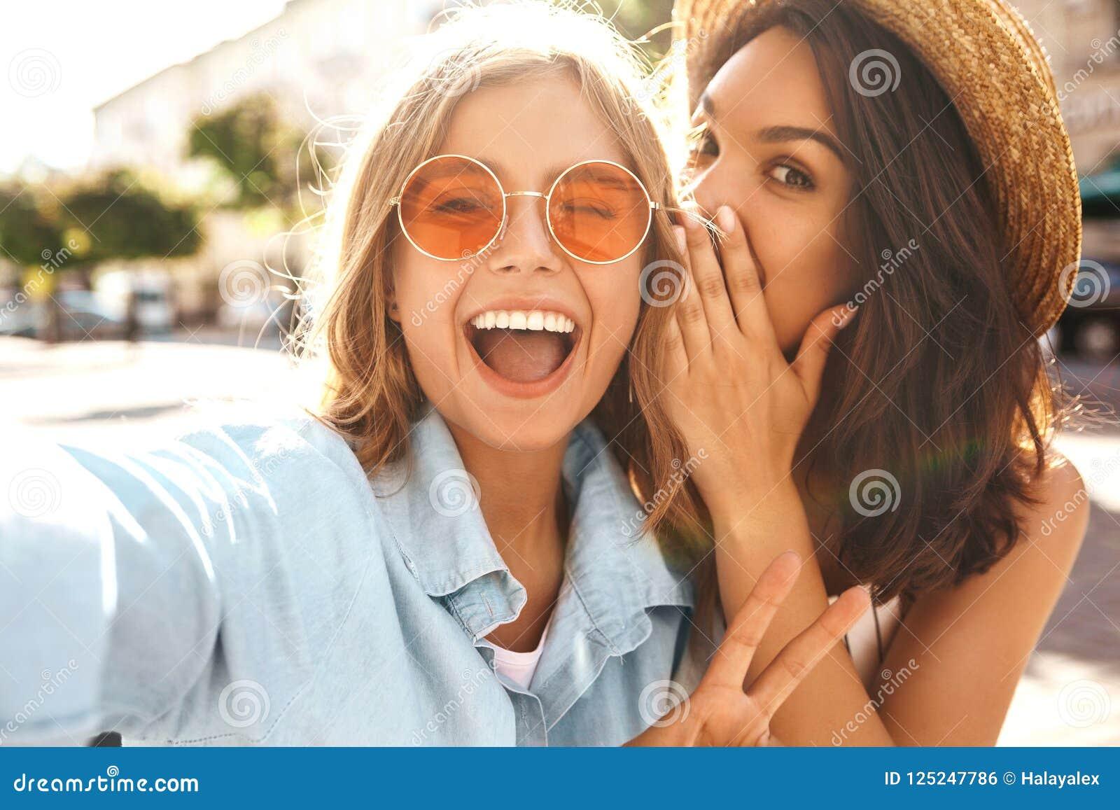 Morenita elegante joven del hippie dos y modelos rubios de las mujeres