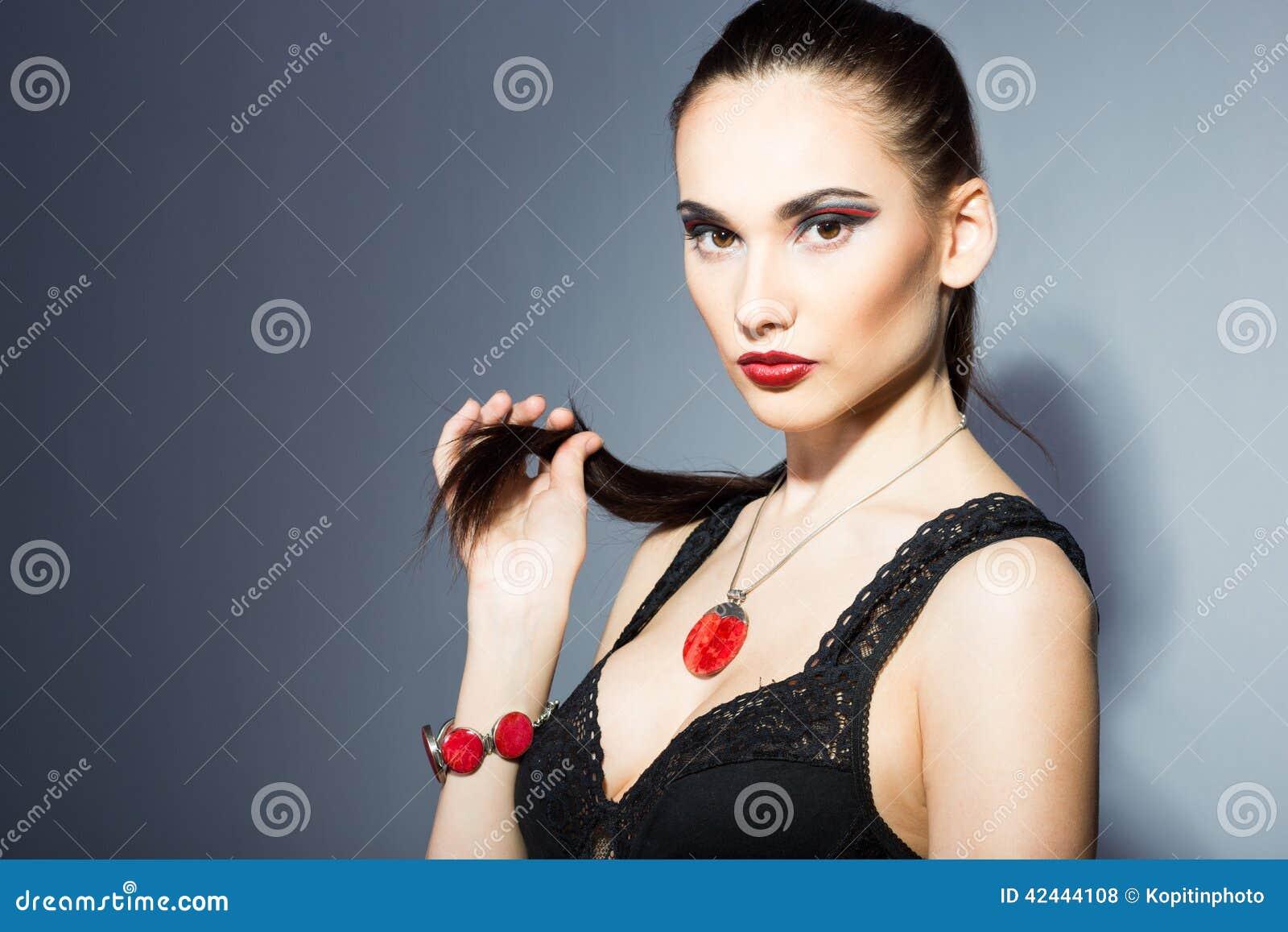 Morenita fina con los labios rojos brillantes