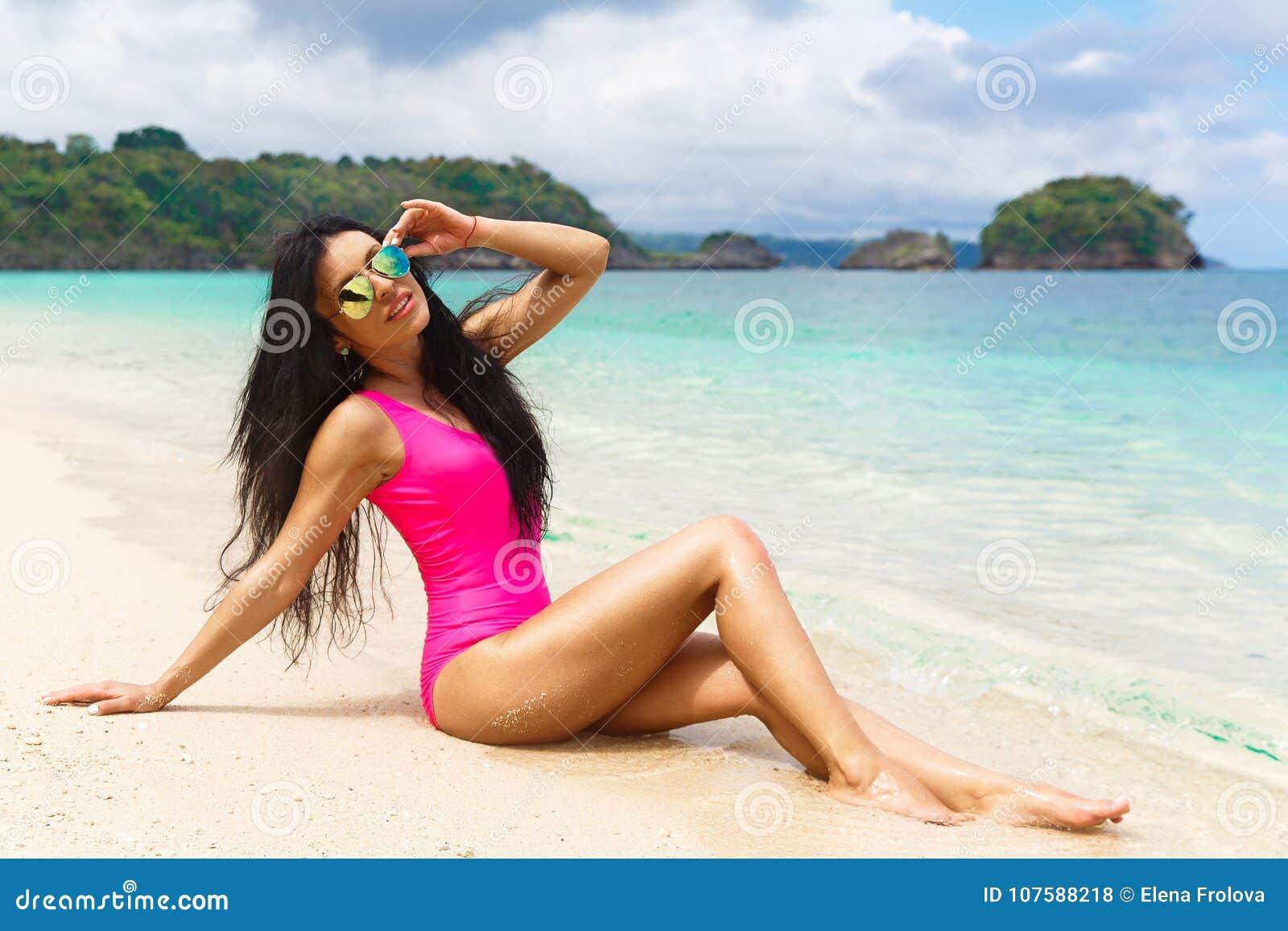 Morenita hermosa en la orilla de una playa tropical Vaca del verano