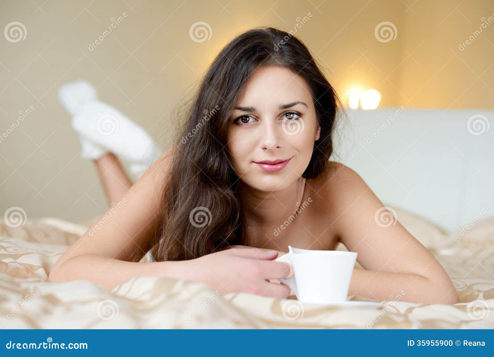 Morenita que goza del café