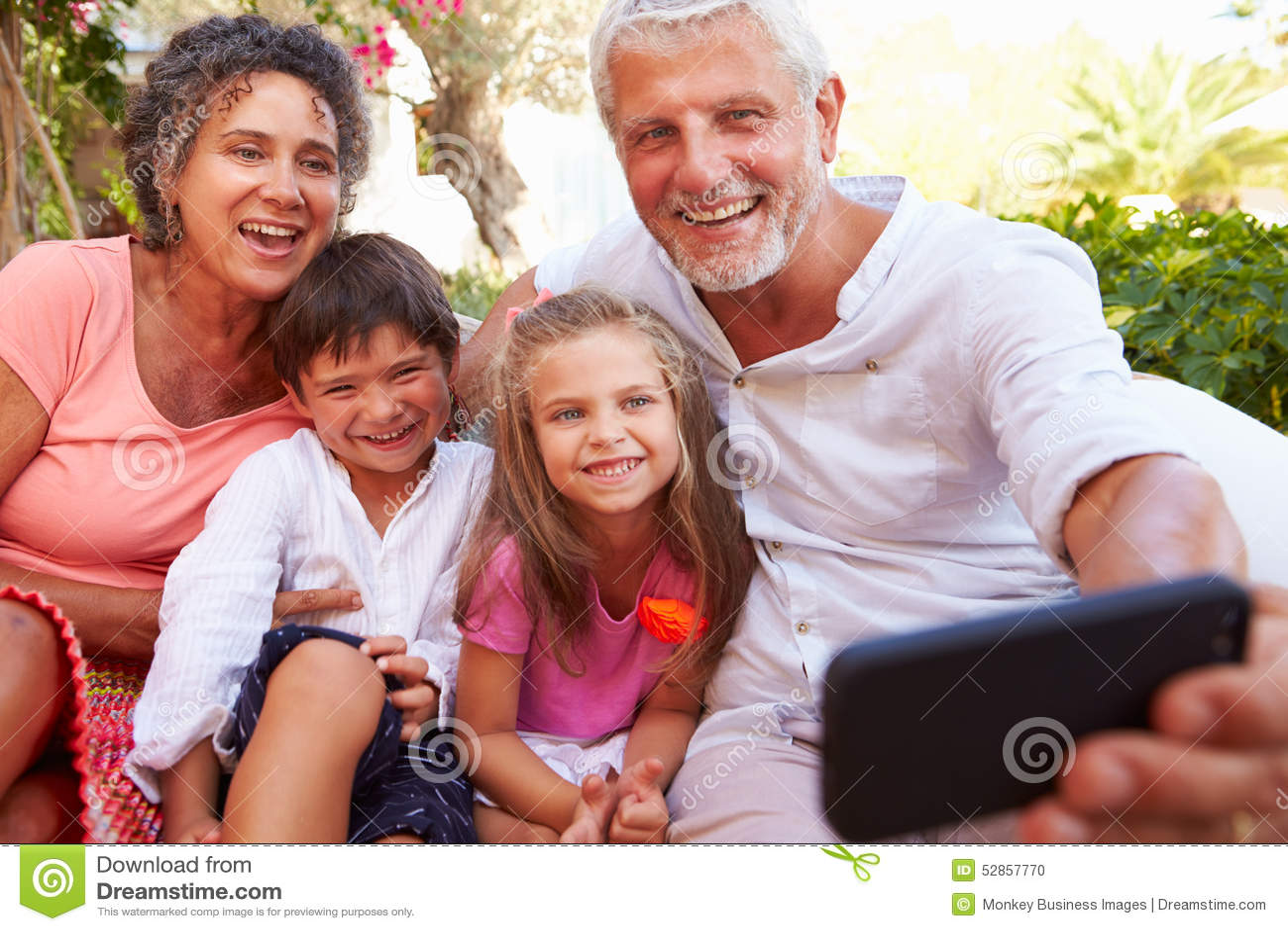 Morföräldrar med barnbarn i trädgårds- tagande Selfie