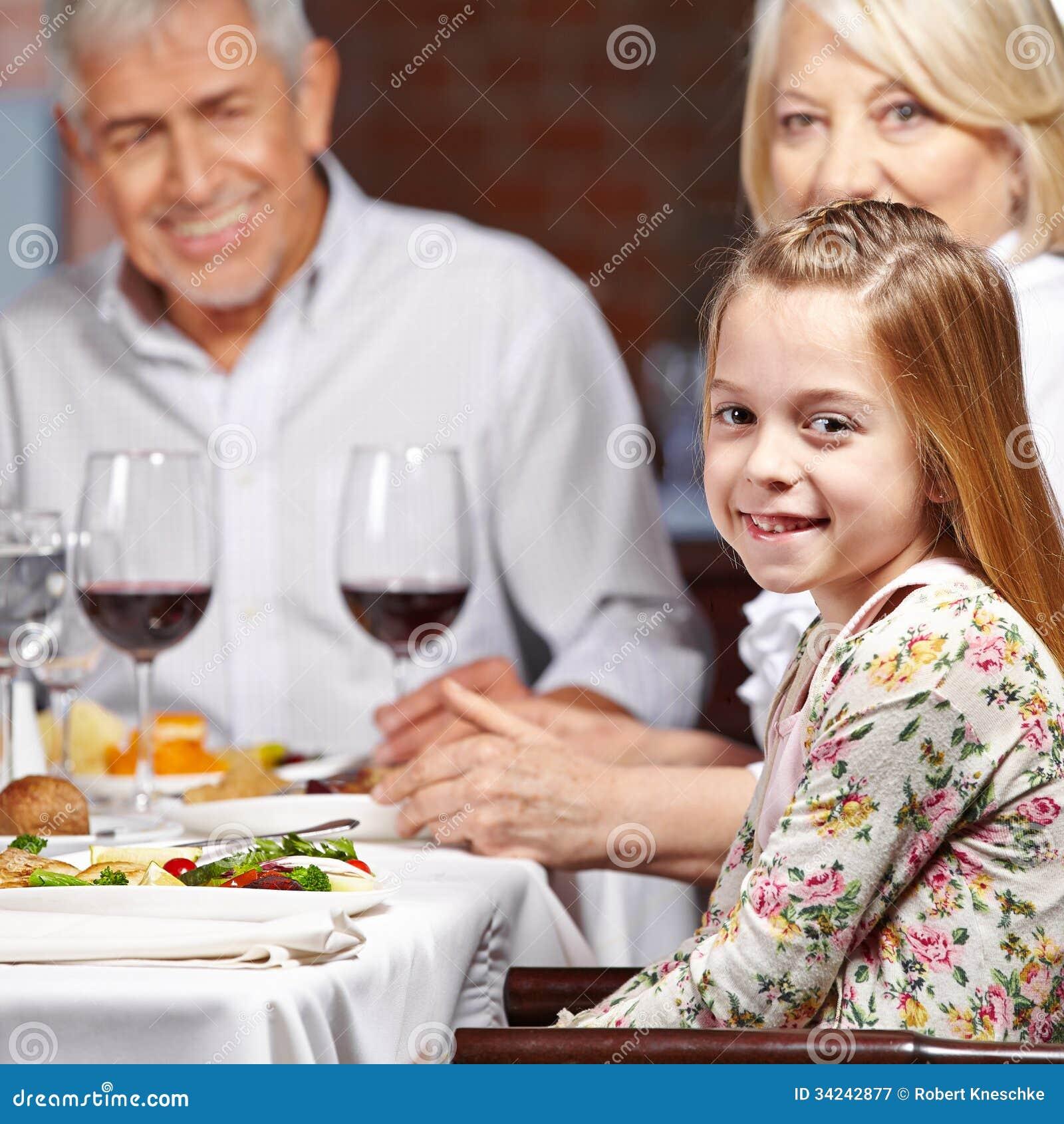 Morföräldrar med barnbarnet