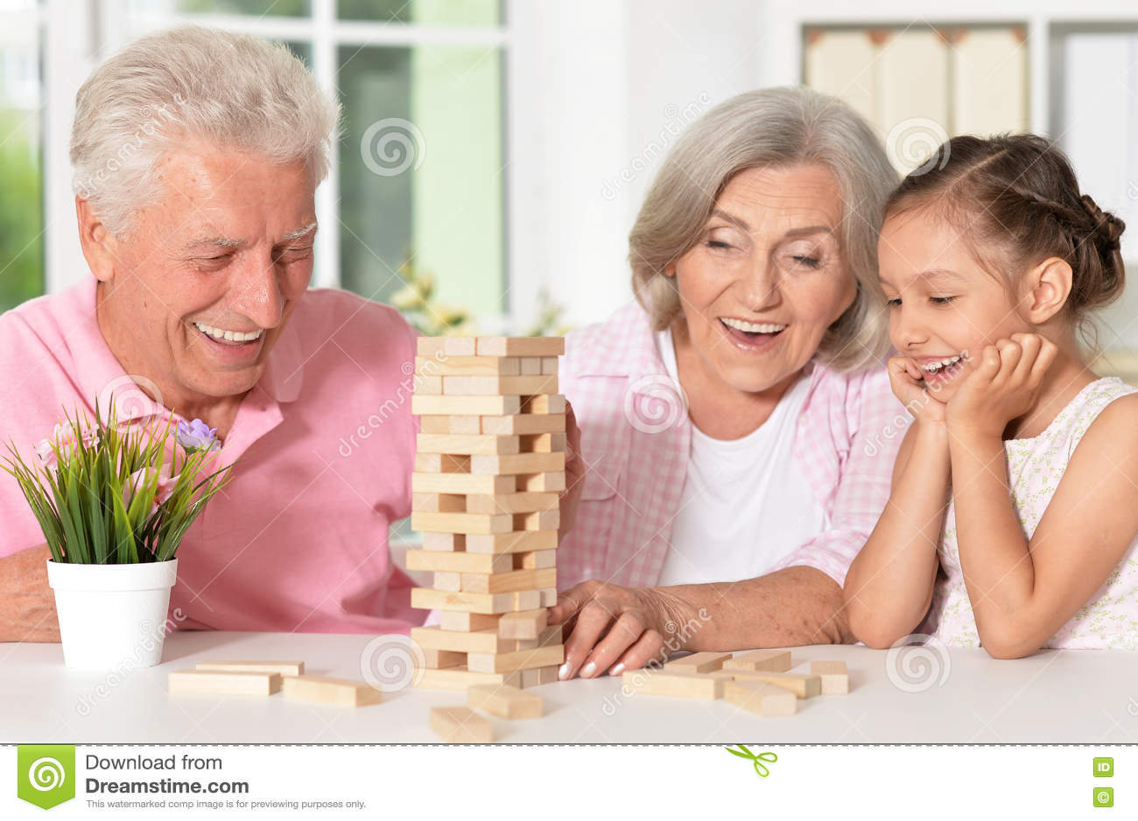 Morföräldrar med sondottern som tillsammans spelar
