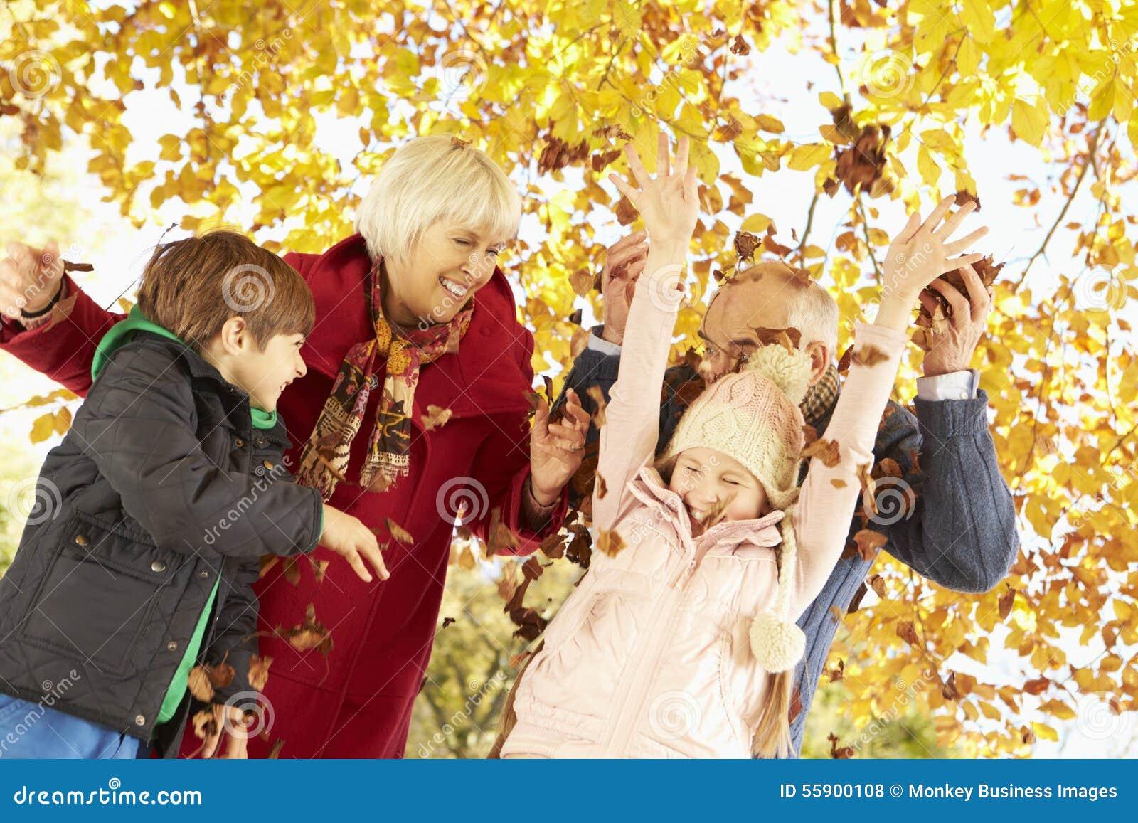 Morföräldrar och barnbarn med sidor i Autumn Garden