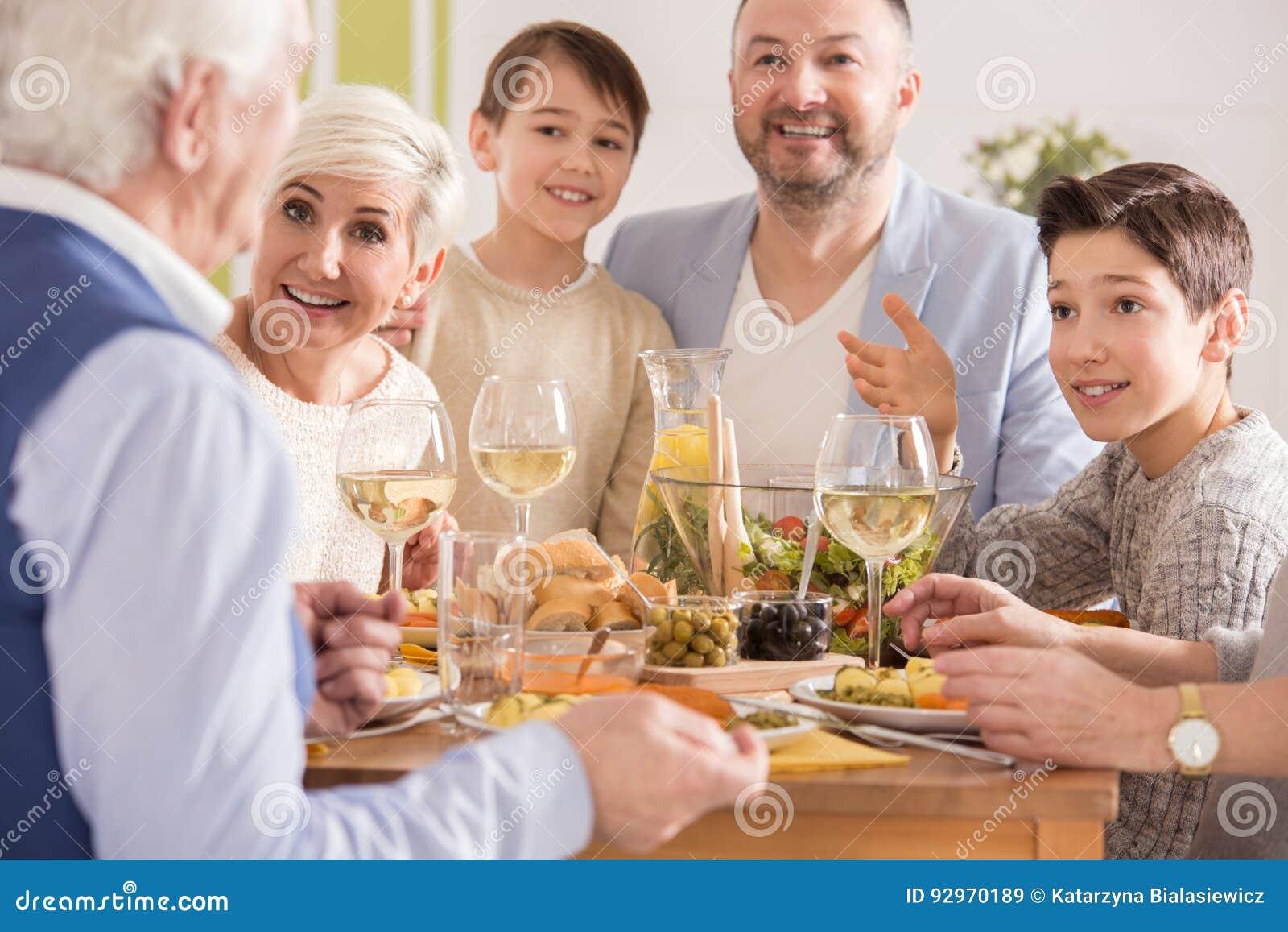 Morfar som berättar en berättelse
