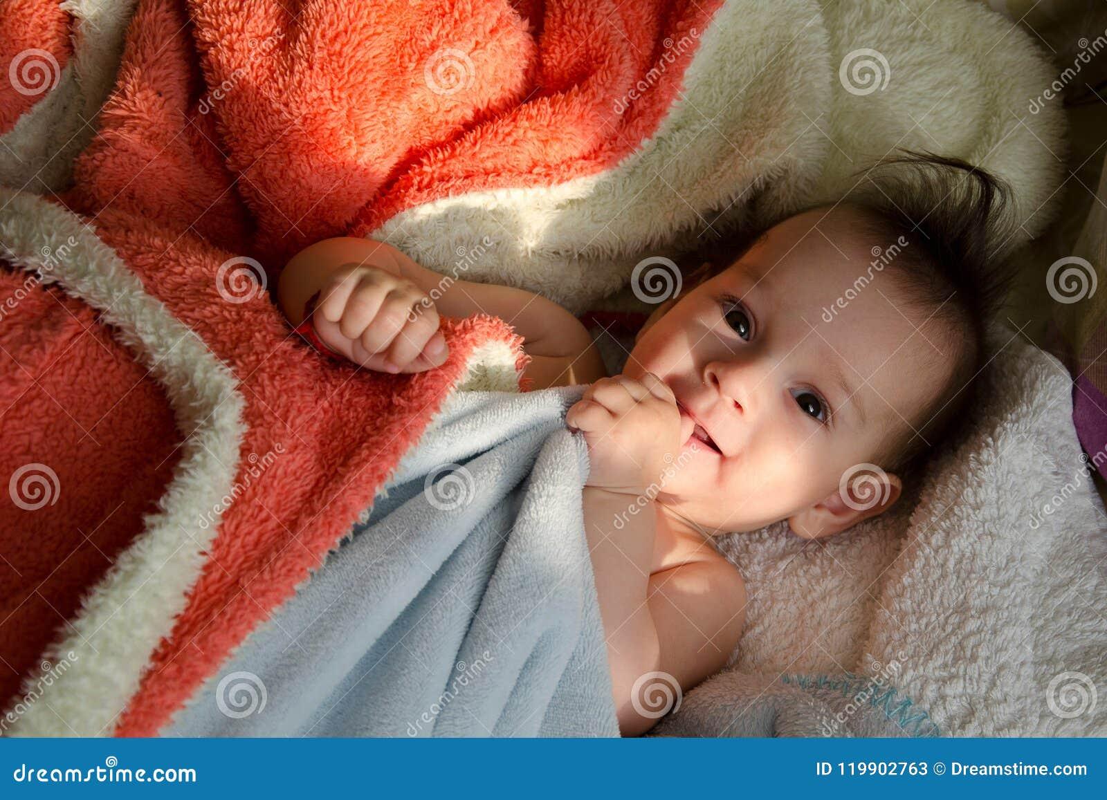 Morgen-Sonnenlicht, das ein Baby streichelt