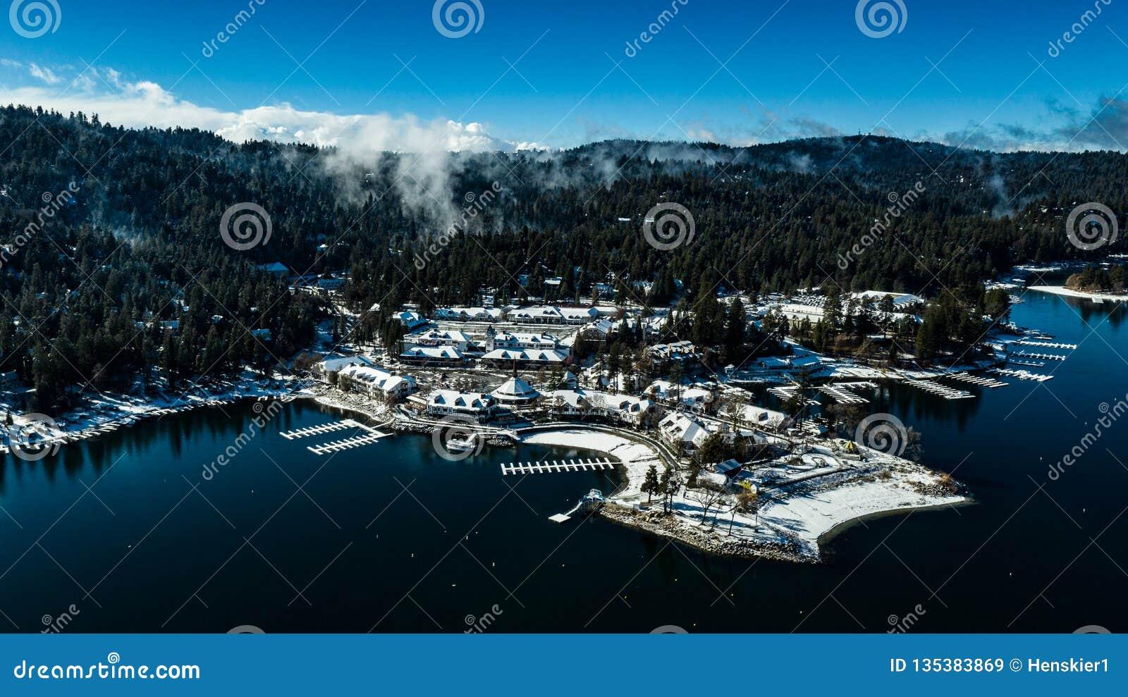 Morgen-Vogelperspektive der See-Pfeilspitze, Kalifornien an einem ruhigen Wintertag