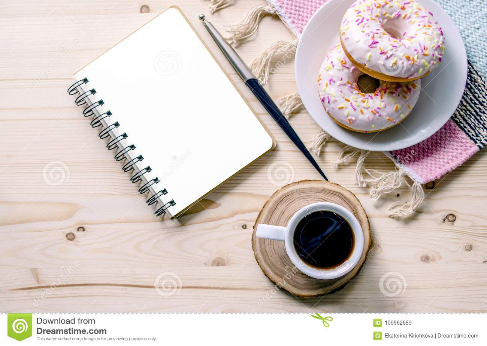 Morgenzusammensetzung mit Kaffee und Schaumgummiringen Zu-listen Sie Bürotischschreibtisch auf Innenministeriumarbeitsplatz