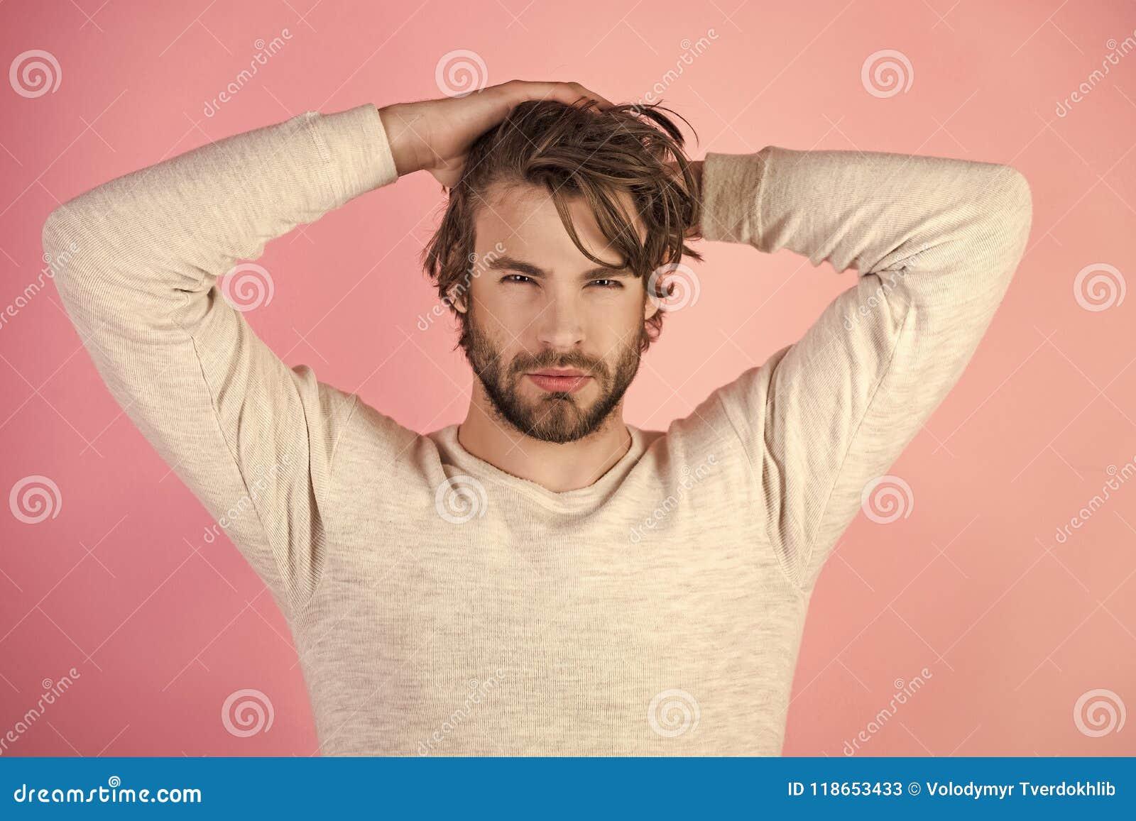 Morgon av mannen Sömnig man med skägget på rosa bakgrund
