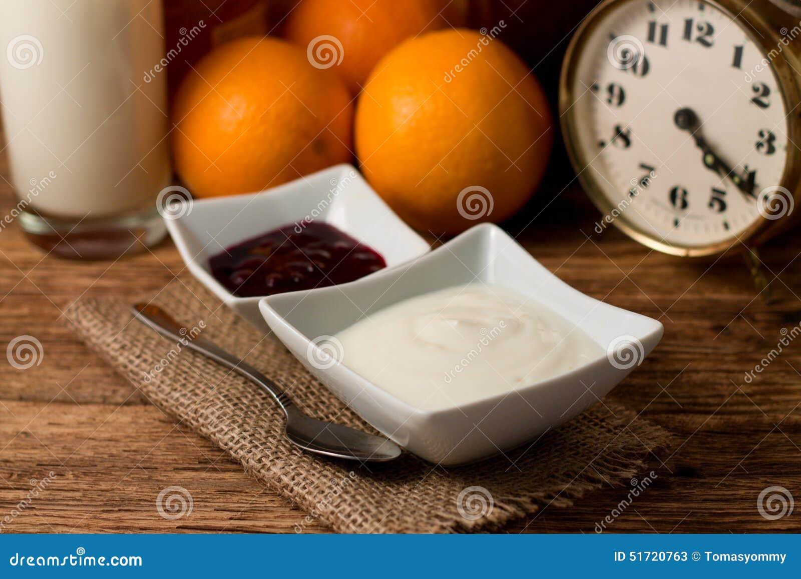 Morgon med den vit yoghurten och frukt