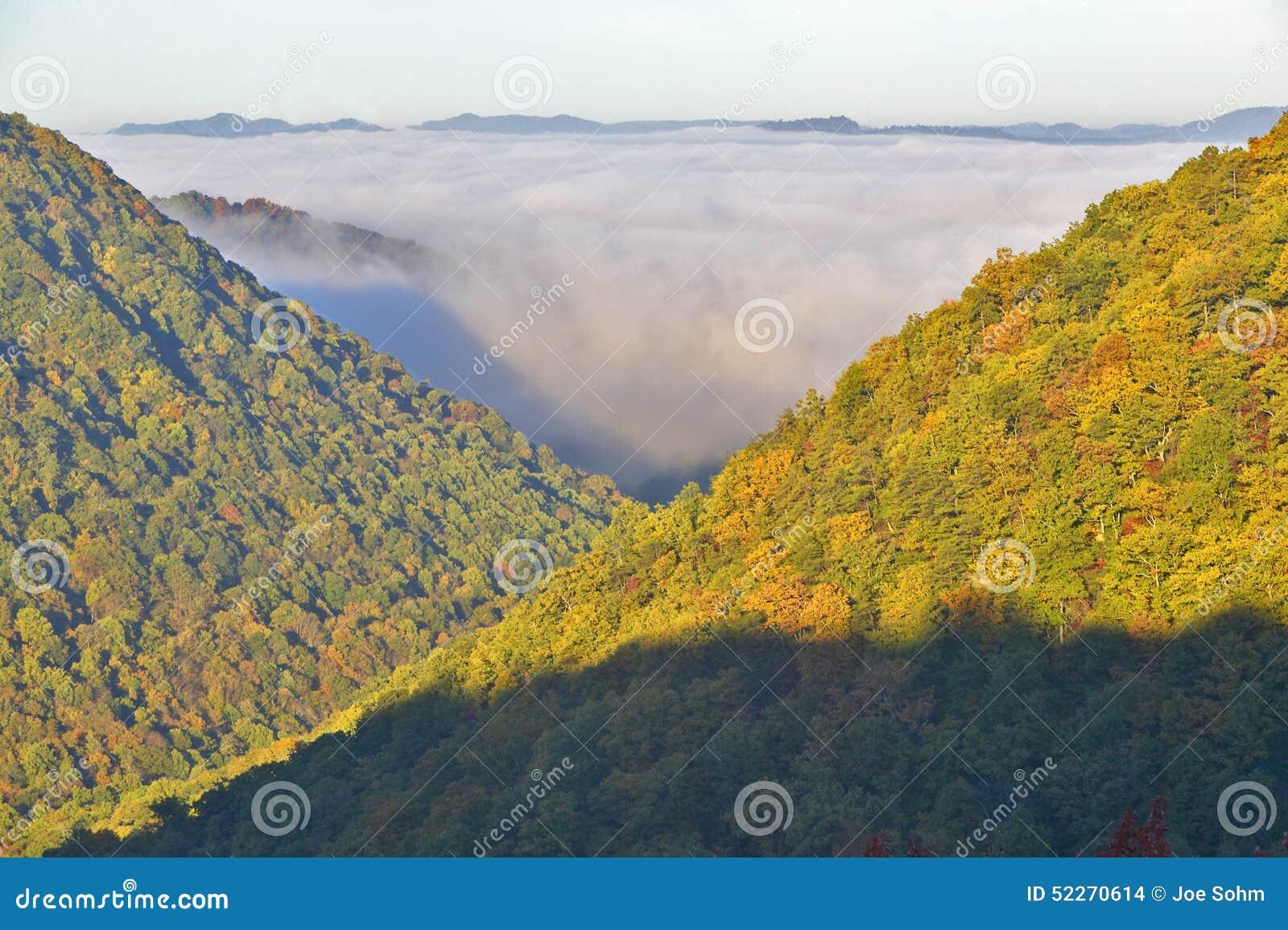 Morgondimma på soluppgång i höstberg av West Virginia i den Babcock delstatsparken