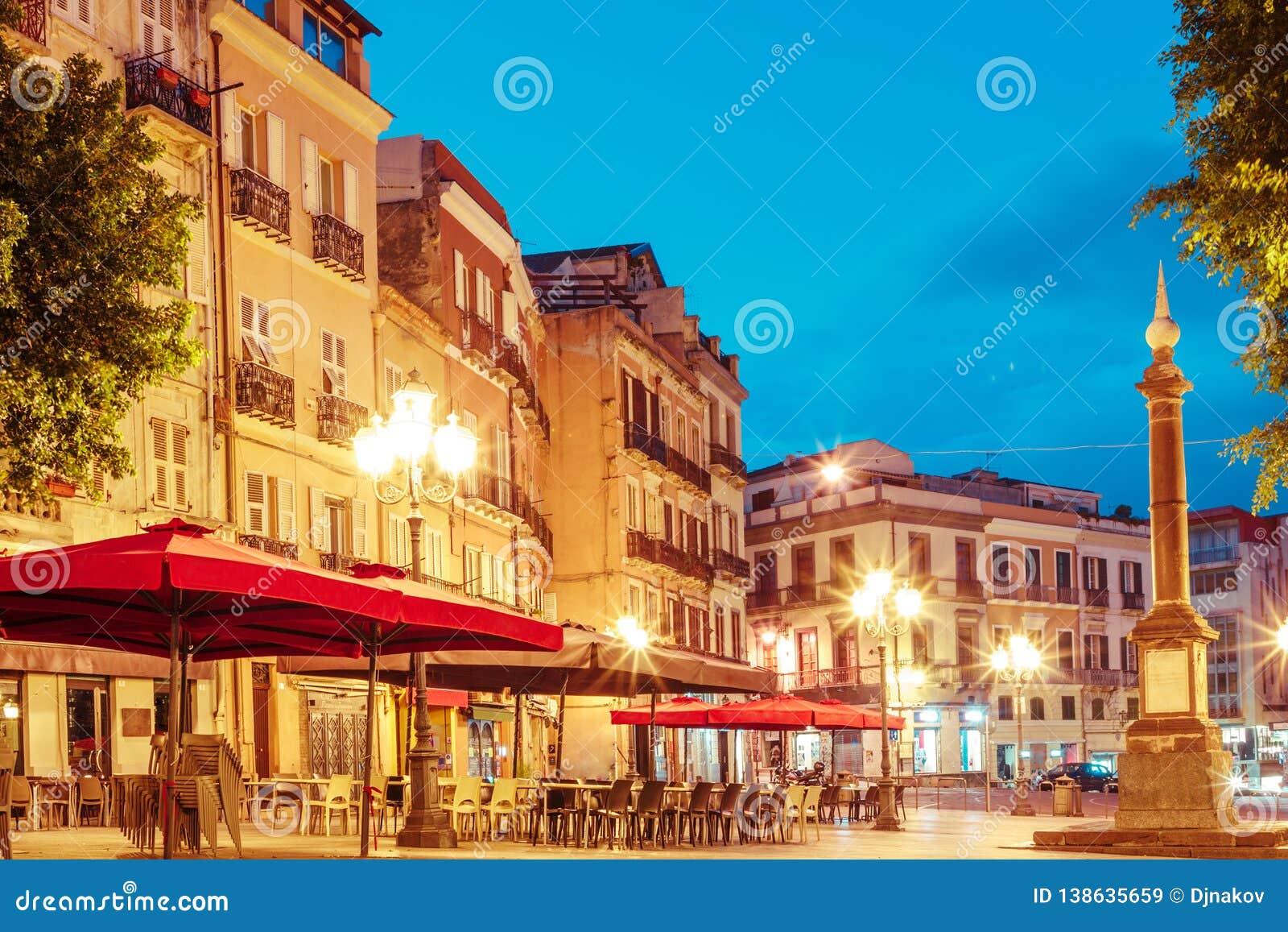 Morgongator med lyktor och kaféer i Cagliari Italien