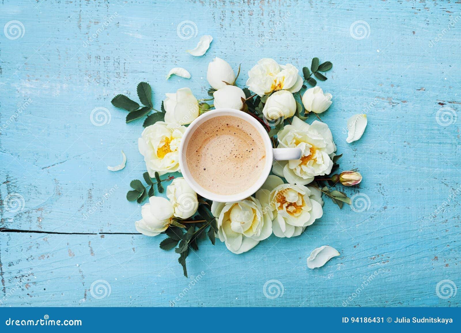 Morgonkoppen kaffe och härliga rosor blommar på sikt för tabell för turkos lantlig bästa Lekmanna- stil för hemtrevlig frukostläg