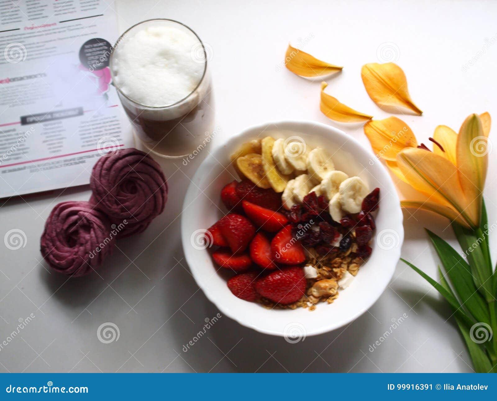 Morgonlunch med hemlagade marshmallower, flingor, bär, frukter och latte