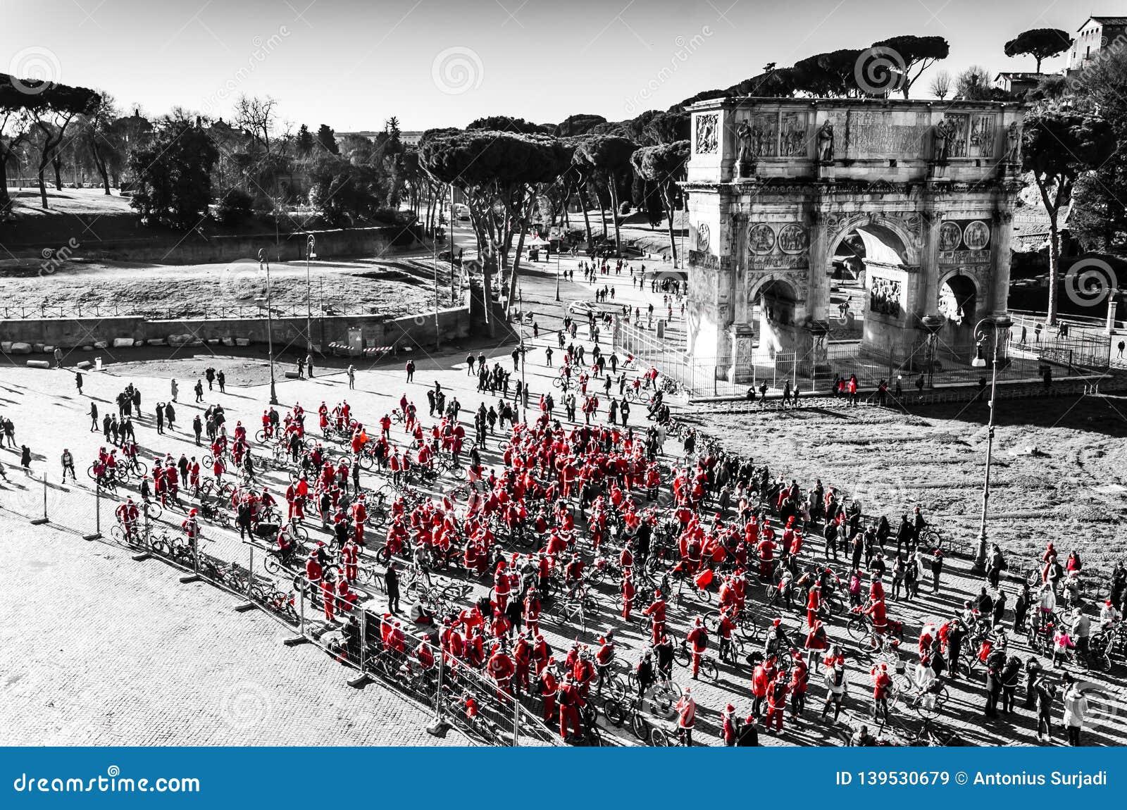 Morgonsoluppgång med folk på cykeln i mitten av Rome