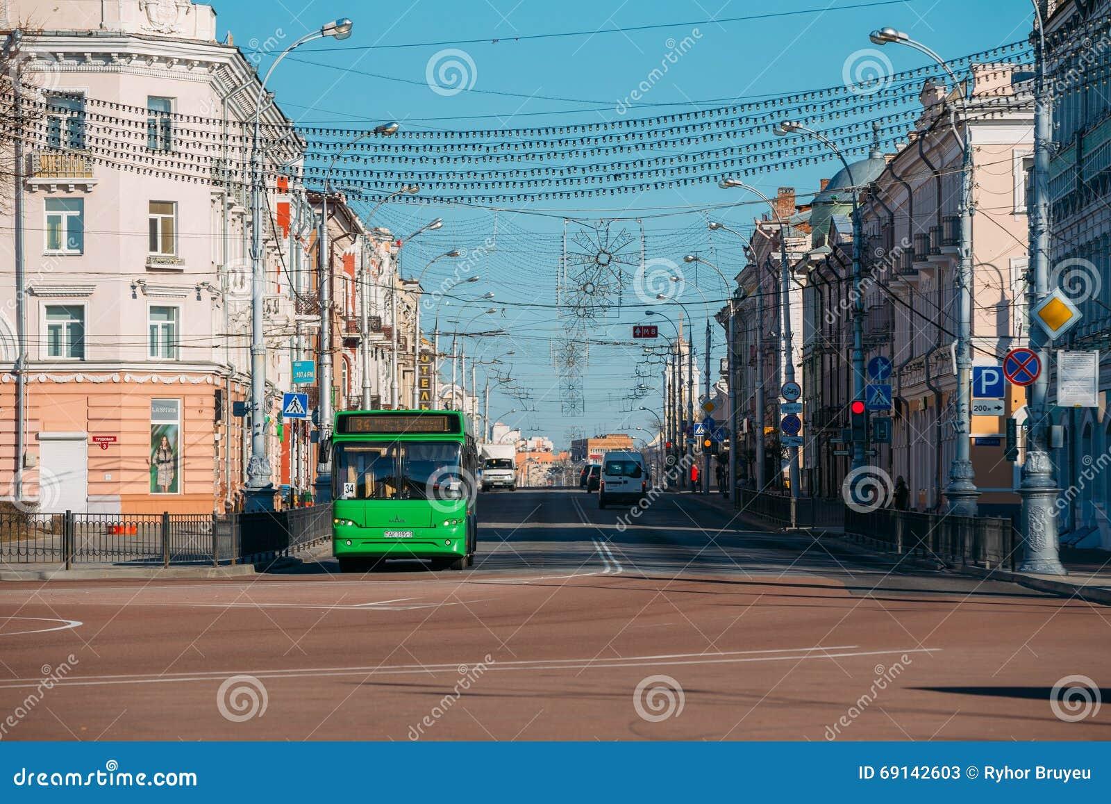 Morgontrafik på den Sovetskaya gatan i Gomel, Vitryssland