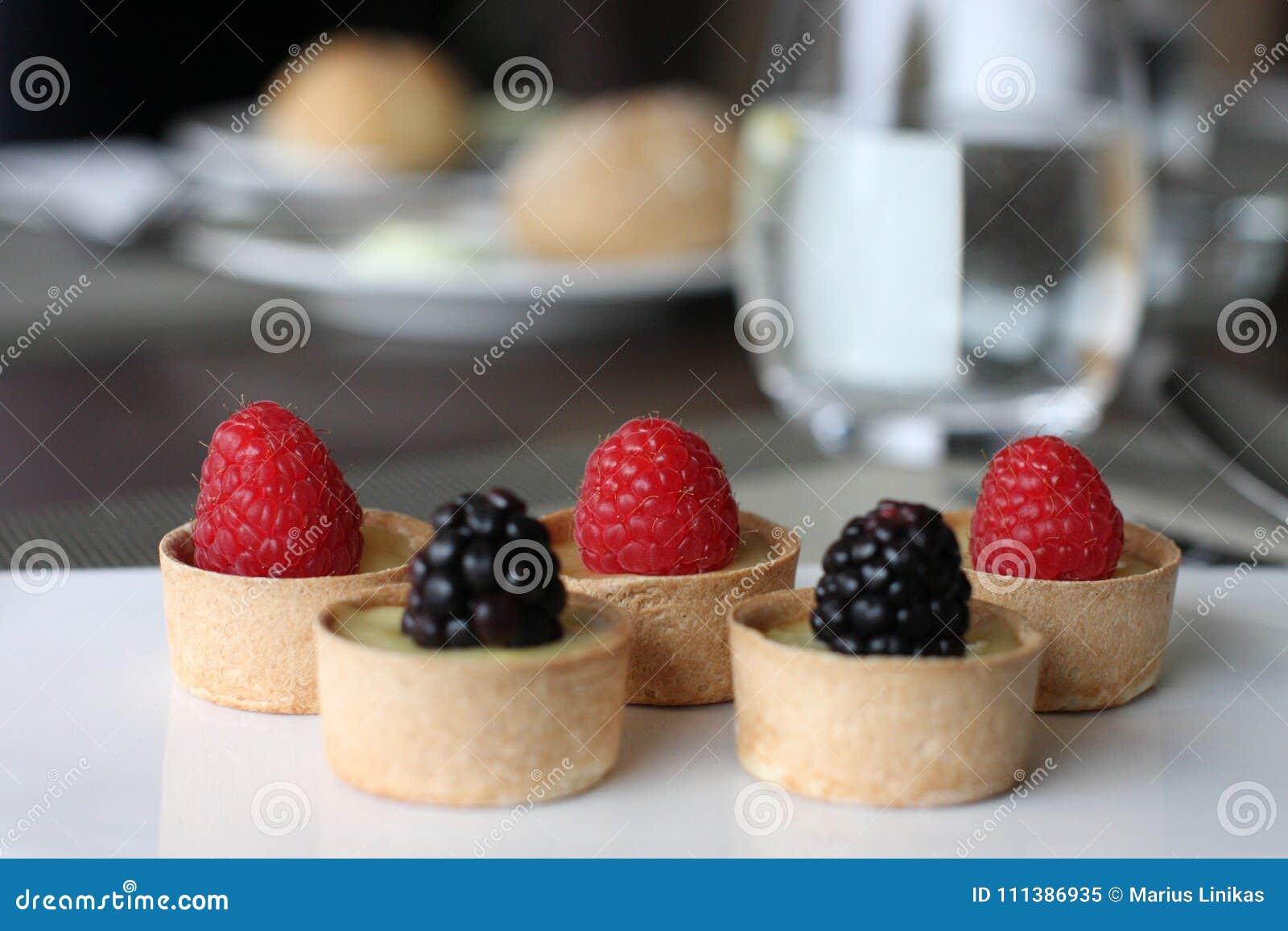 Morsi dolci del ristorante, piccole tazze dolci del berrie
