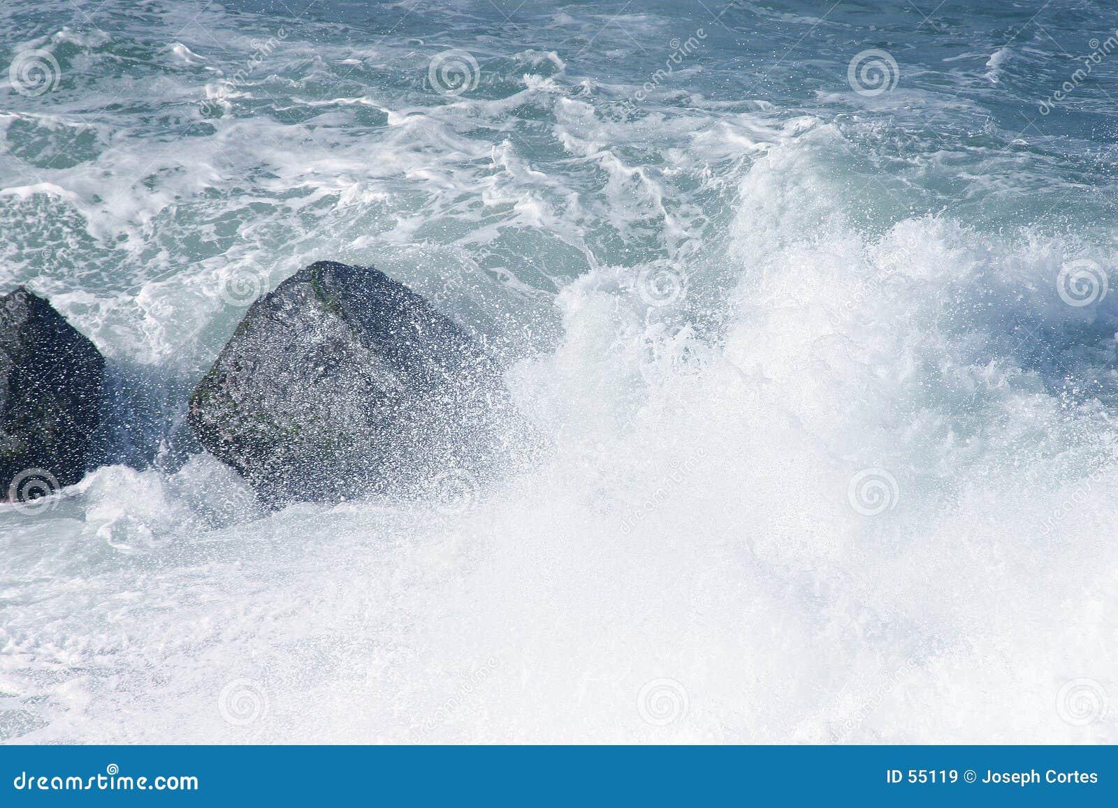 Morski chełbotaniem ponad kamienie