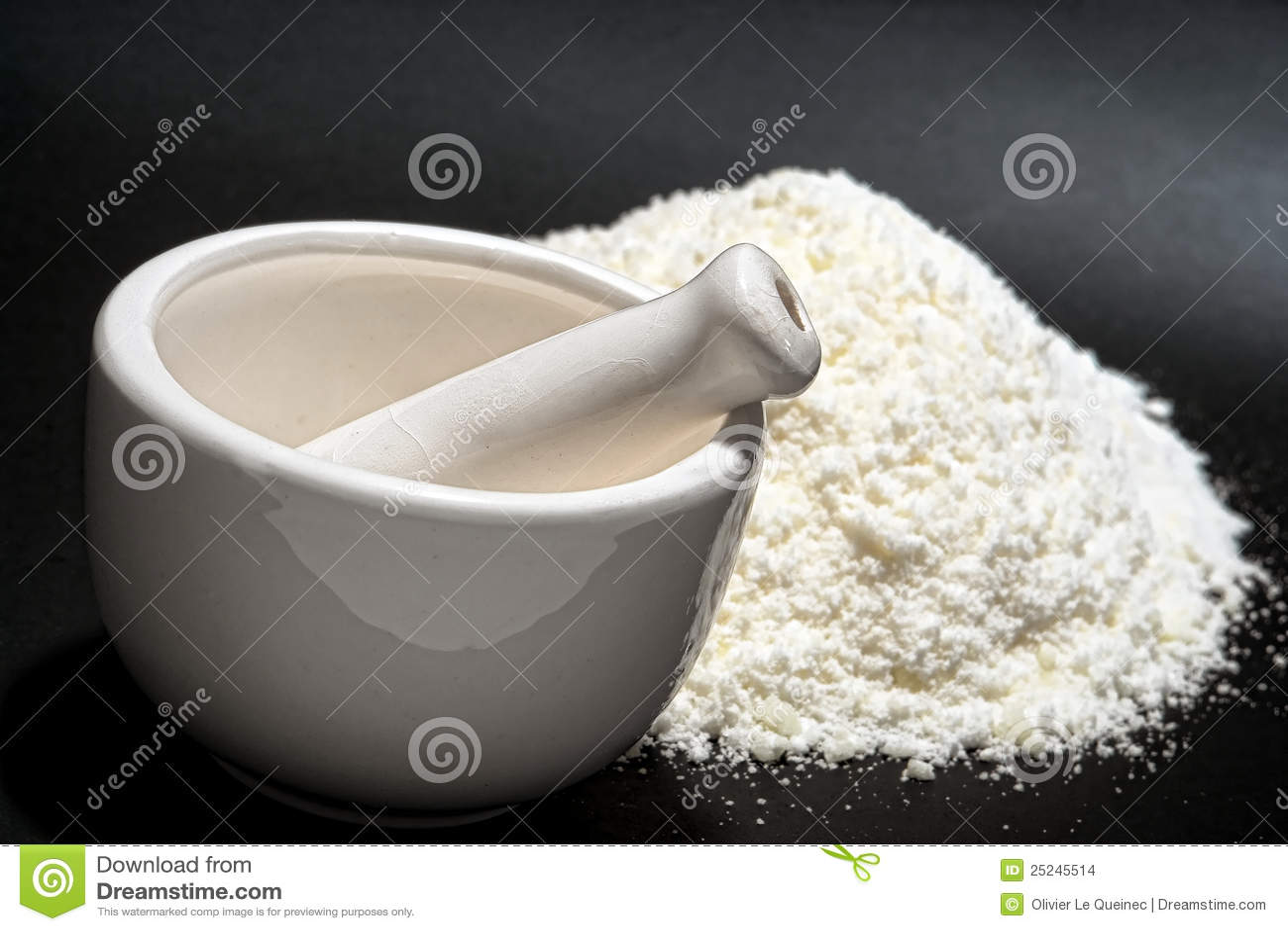 Mortaio e pestello con la polvere bianca fine della medicina