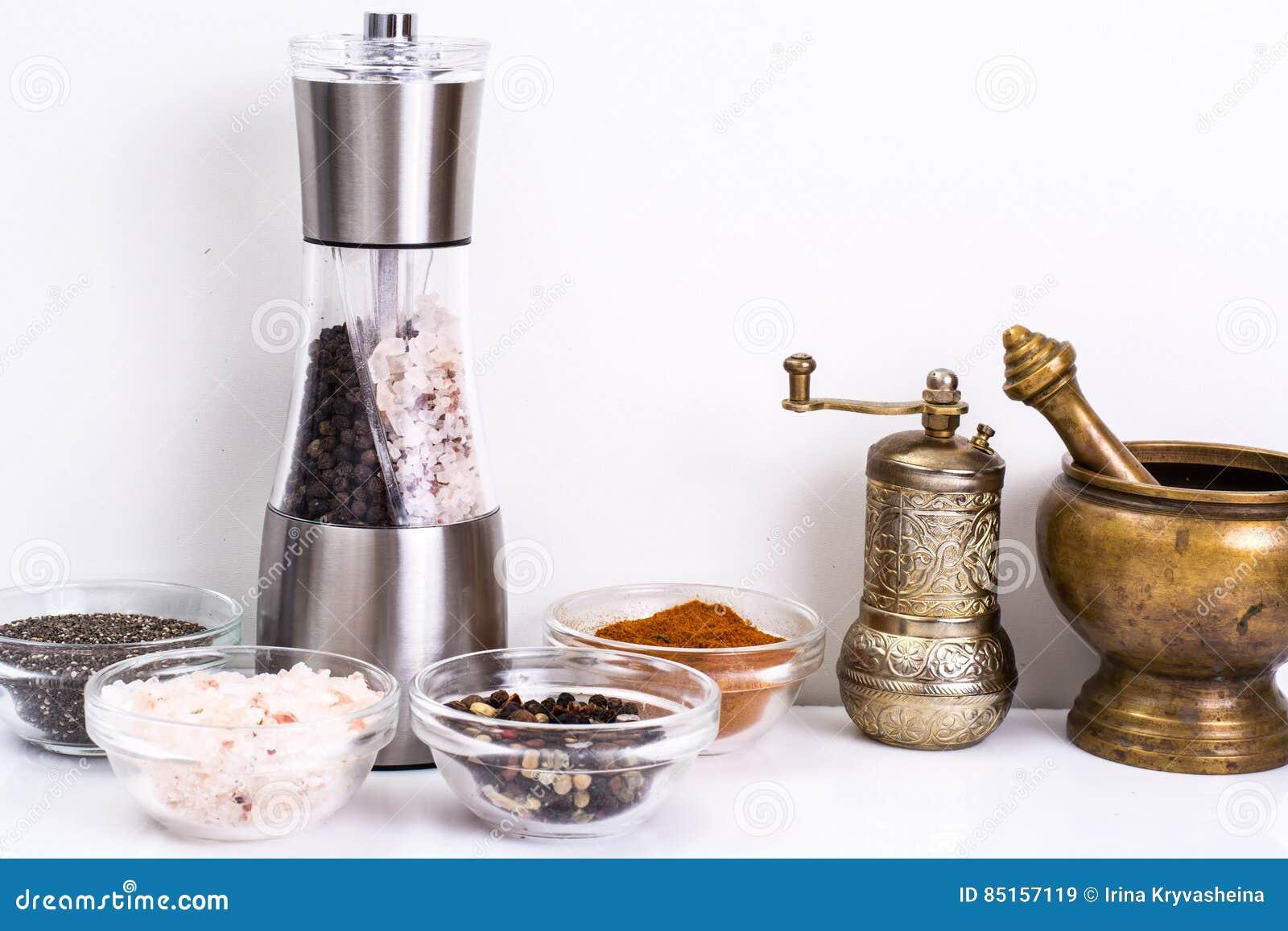 Mortel med mortelstöten och maler för kryddor