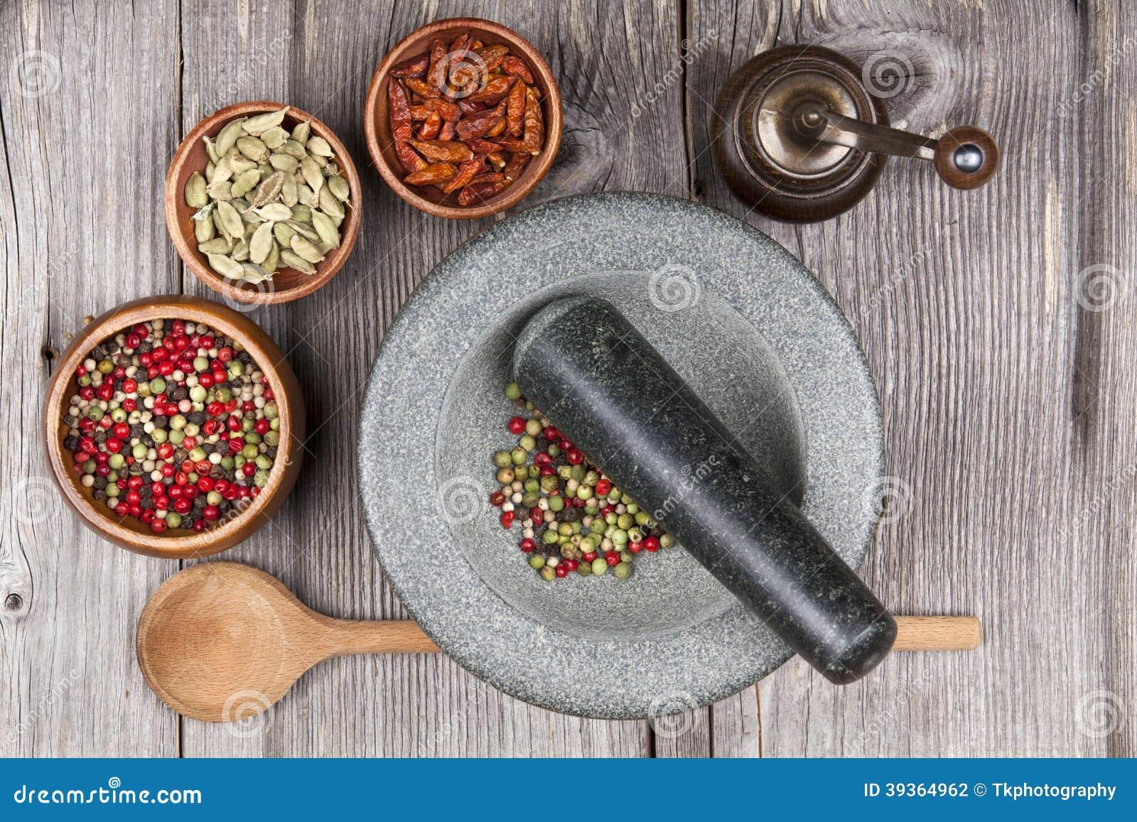 Mortel och mortelstöt med kryddor