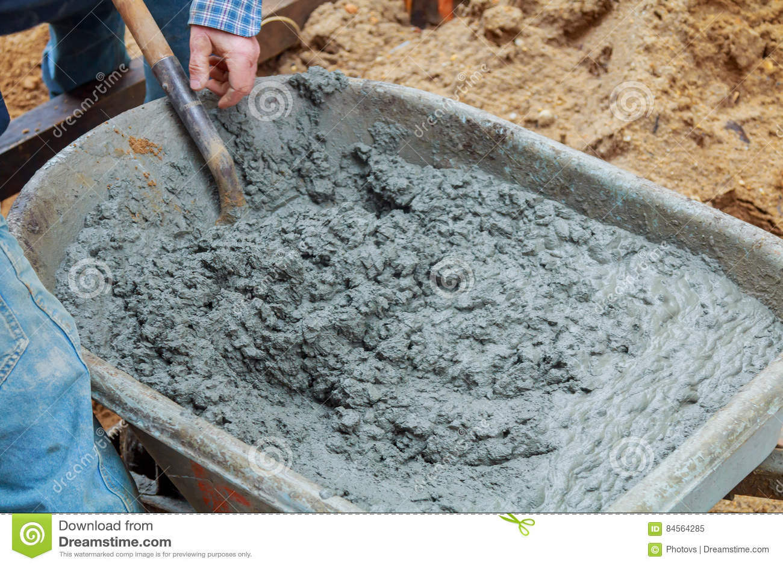 Mortero de mezcla del hombre para la pared del bloque de for Mortero de cemento