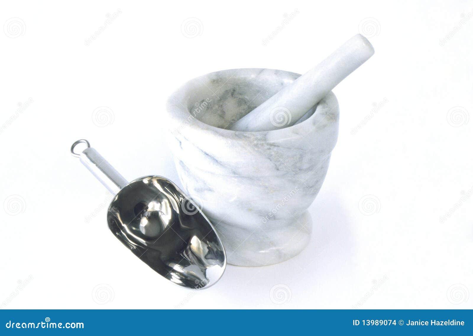 Mortero y maja de mármol con la cucharada del suelo.