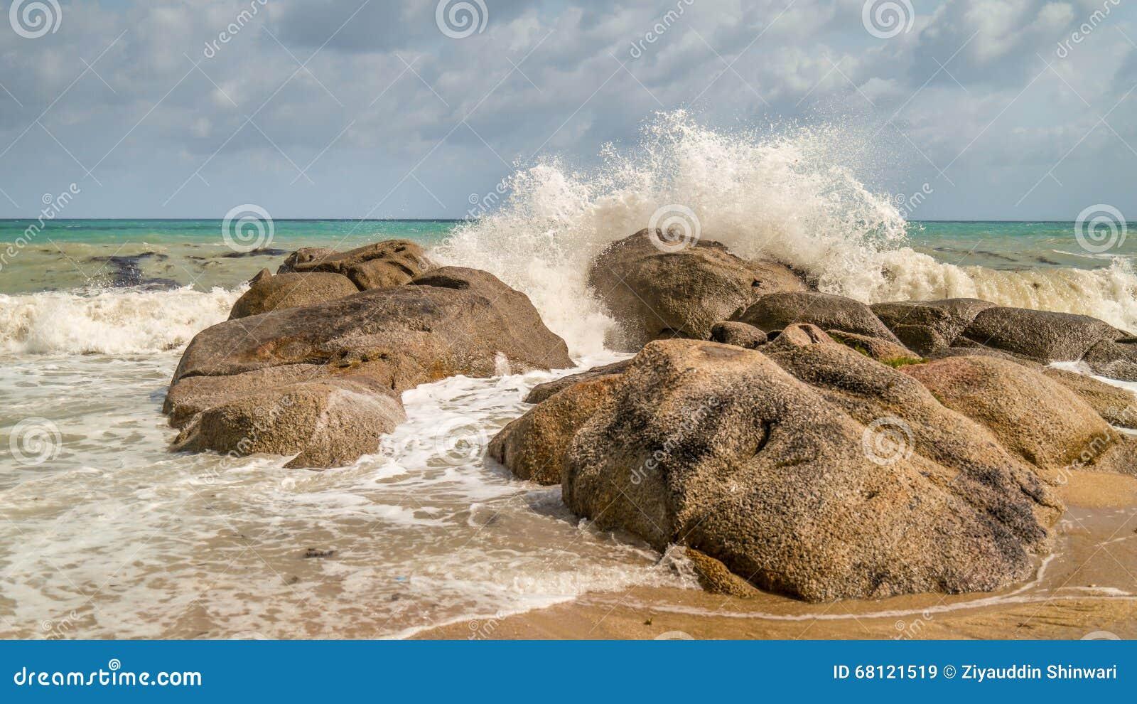 Morze fala rozbija na skałach