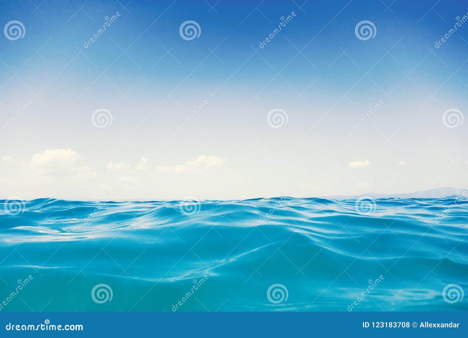 Morze fala zakończenie up, niskiego kąta widoku wody tło