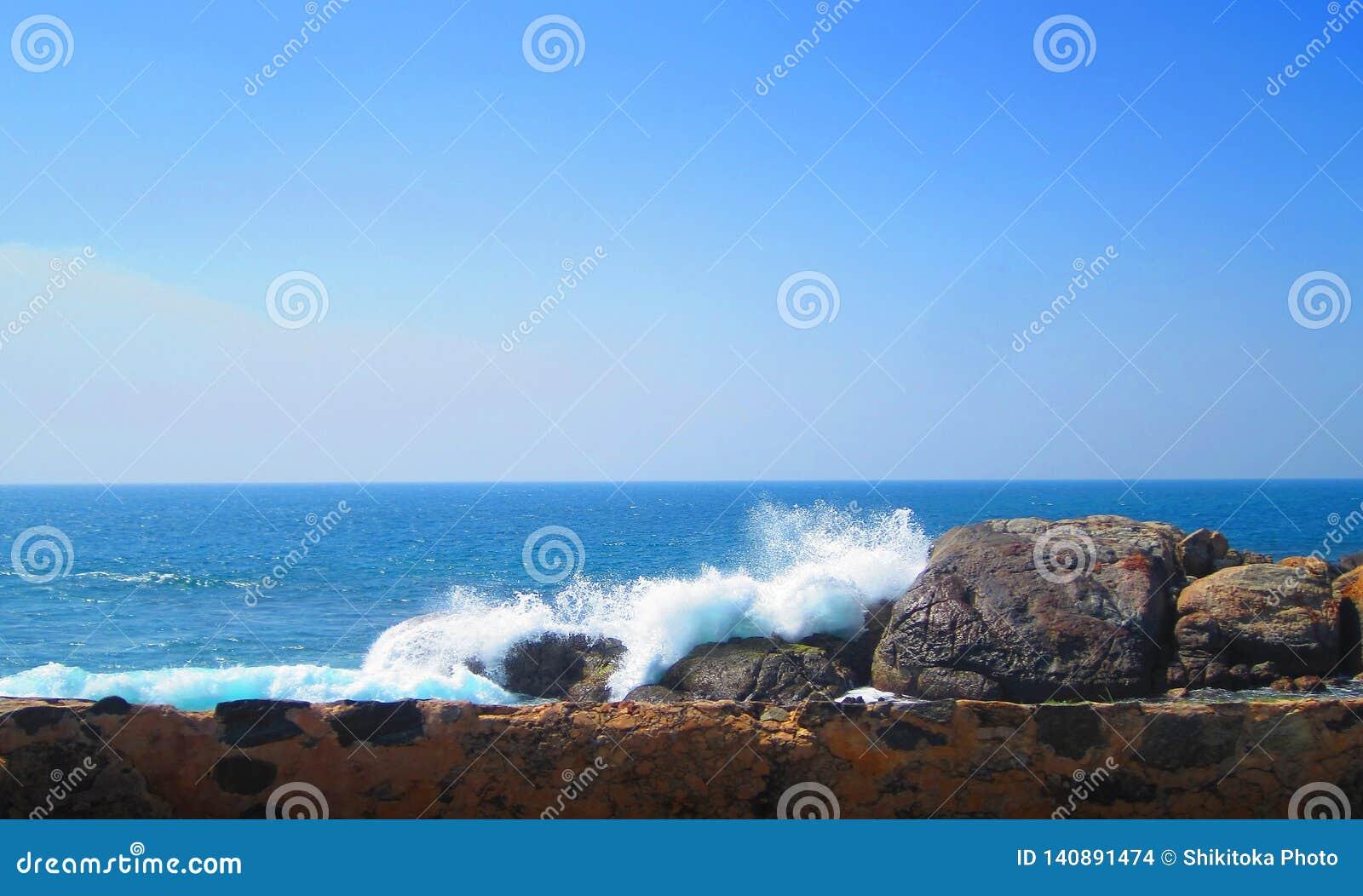 Morze fali przerwy na skalistej ścianie