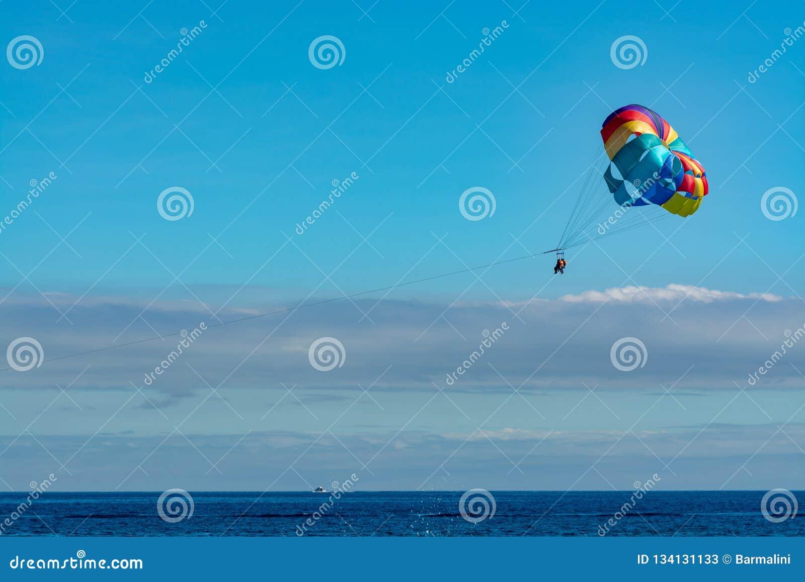 Morze i plaża bawimy się dla turystów, parasailing w niebieskim niebie