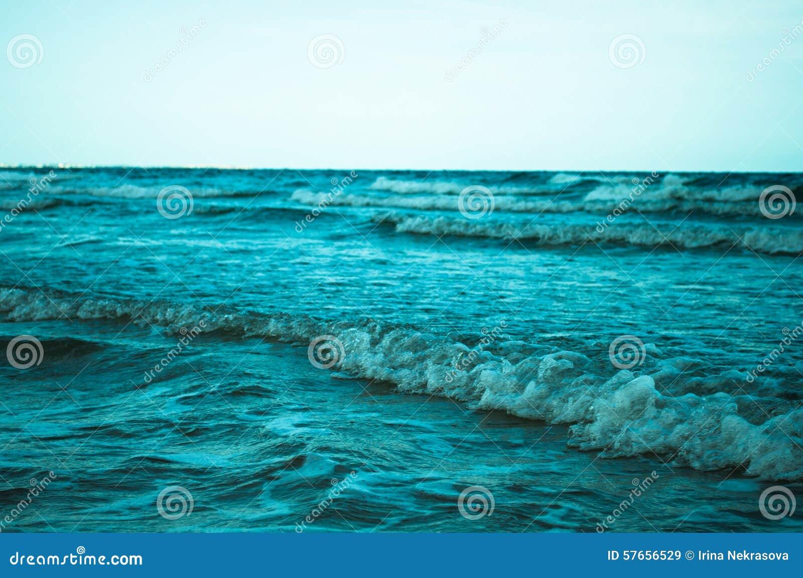 Morze macha z pianą
