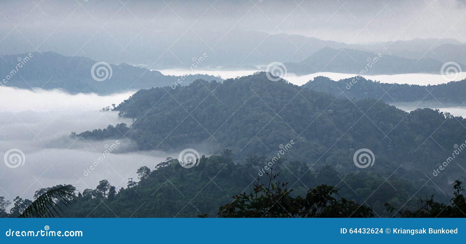 Morze mgła na górze 50mm plam tła wpływu pożarów nocy nikkor strony strona