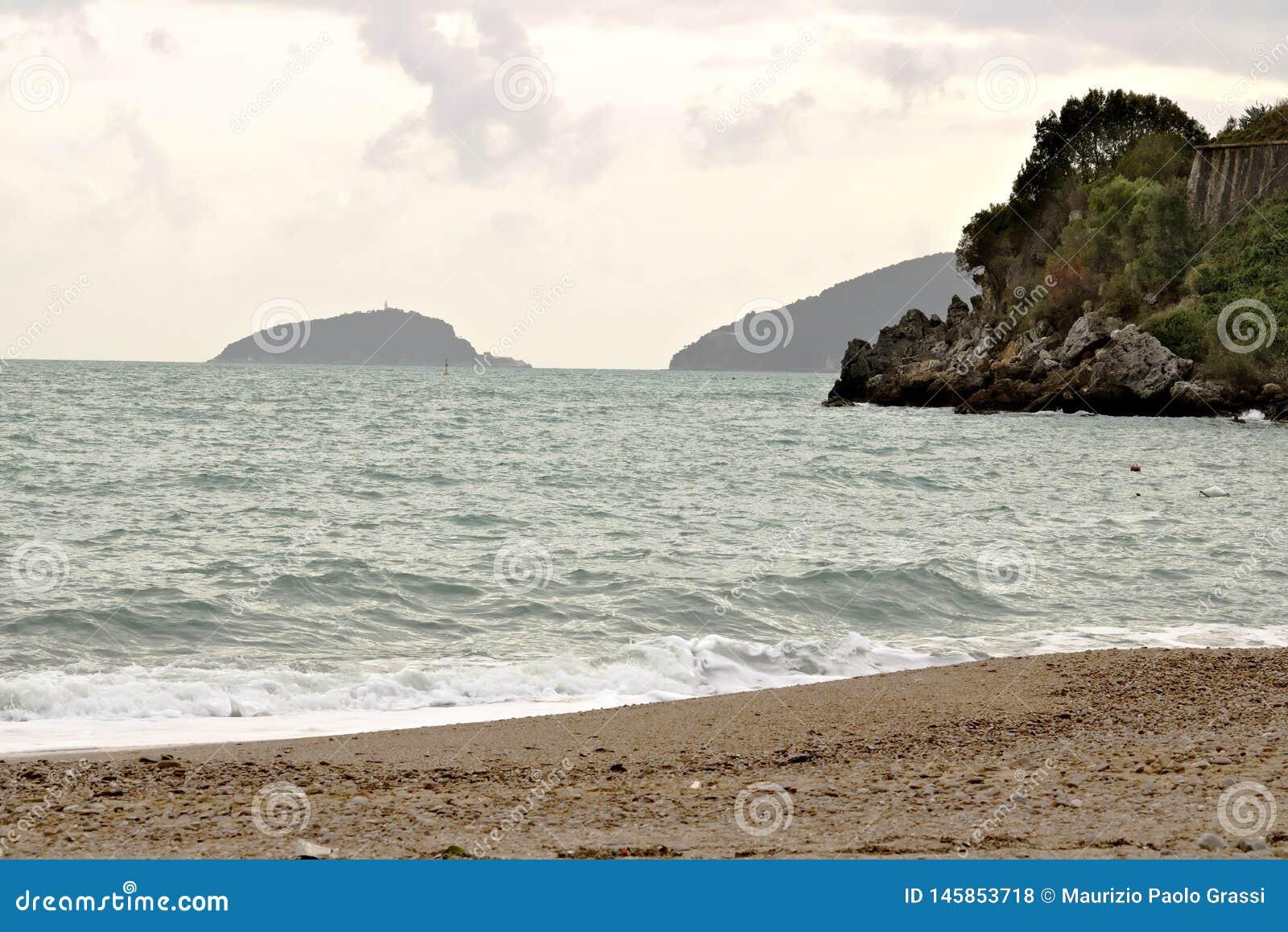 Morze plaża i wyspy Tino i Palmaria przy Baia Błękitnym losem angeles Spezia