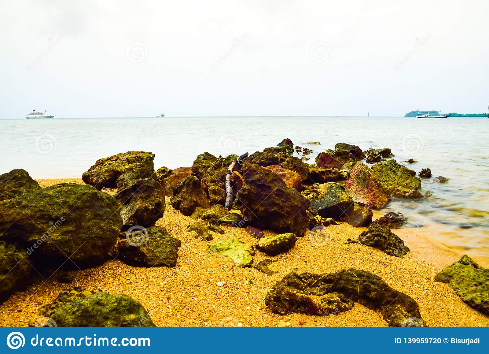 Morze skały na żółtej piaskowatej plaży