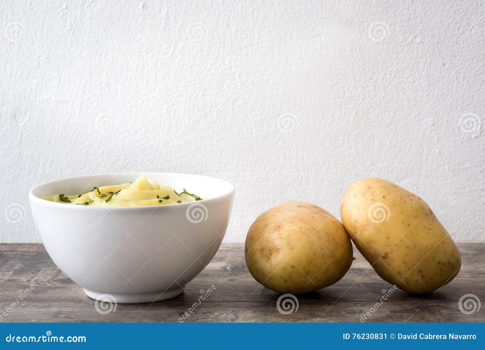 Mosad potatis på en trätabell
