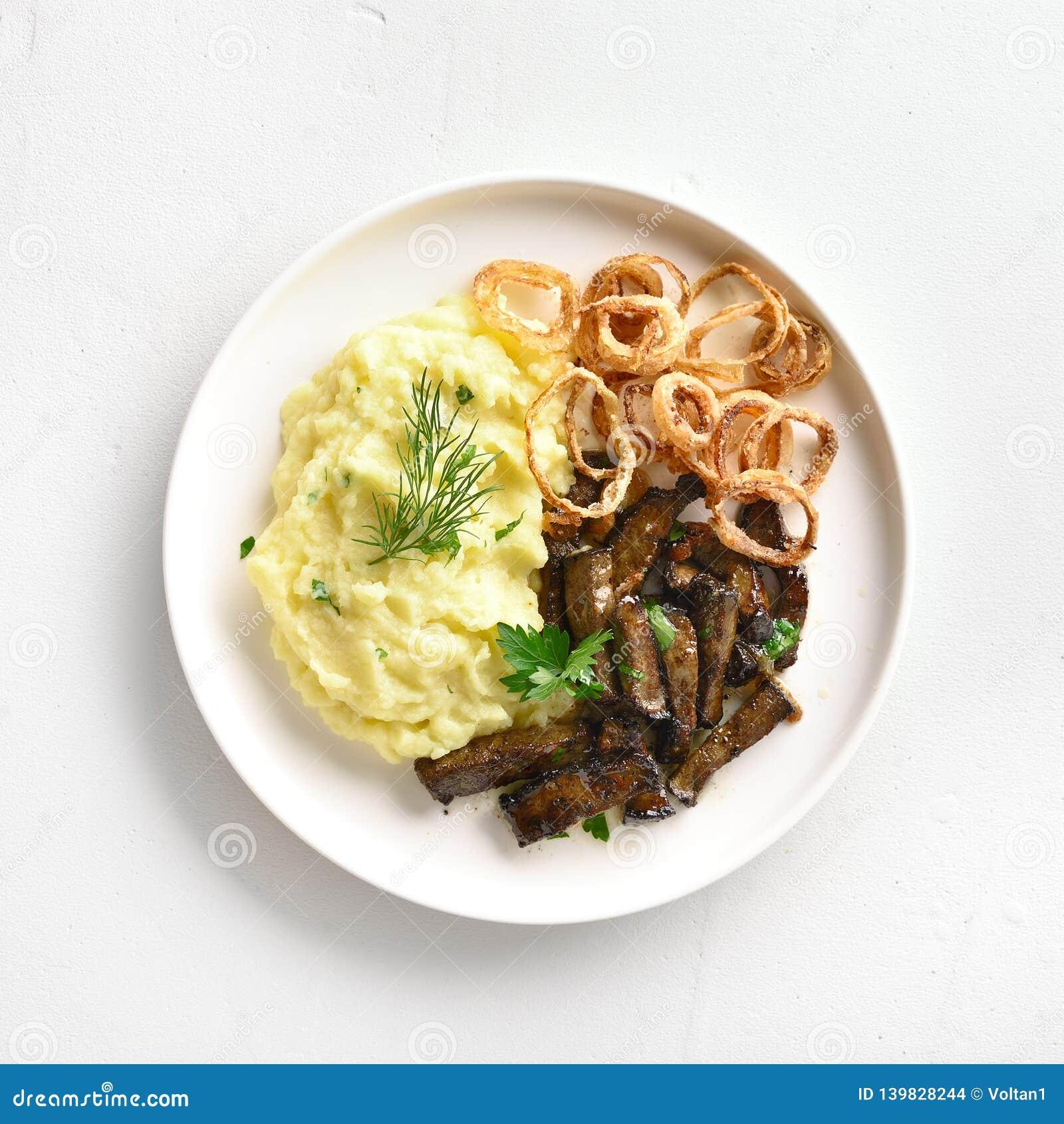Mosade potatisar med lever för grillat nötkött och stekte lökcirklar