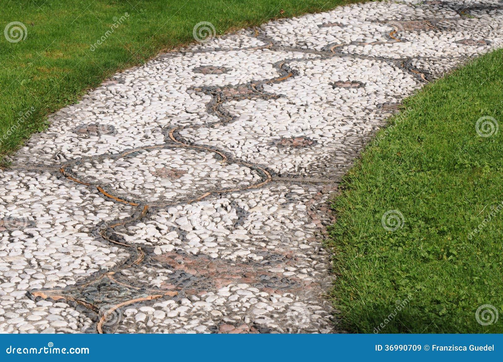 Mosaik garten weg stockbild bild von grau kiesel geformt 36990709 - Garten mosaik ...