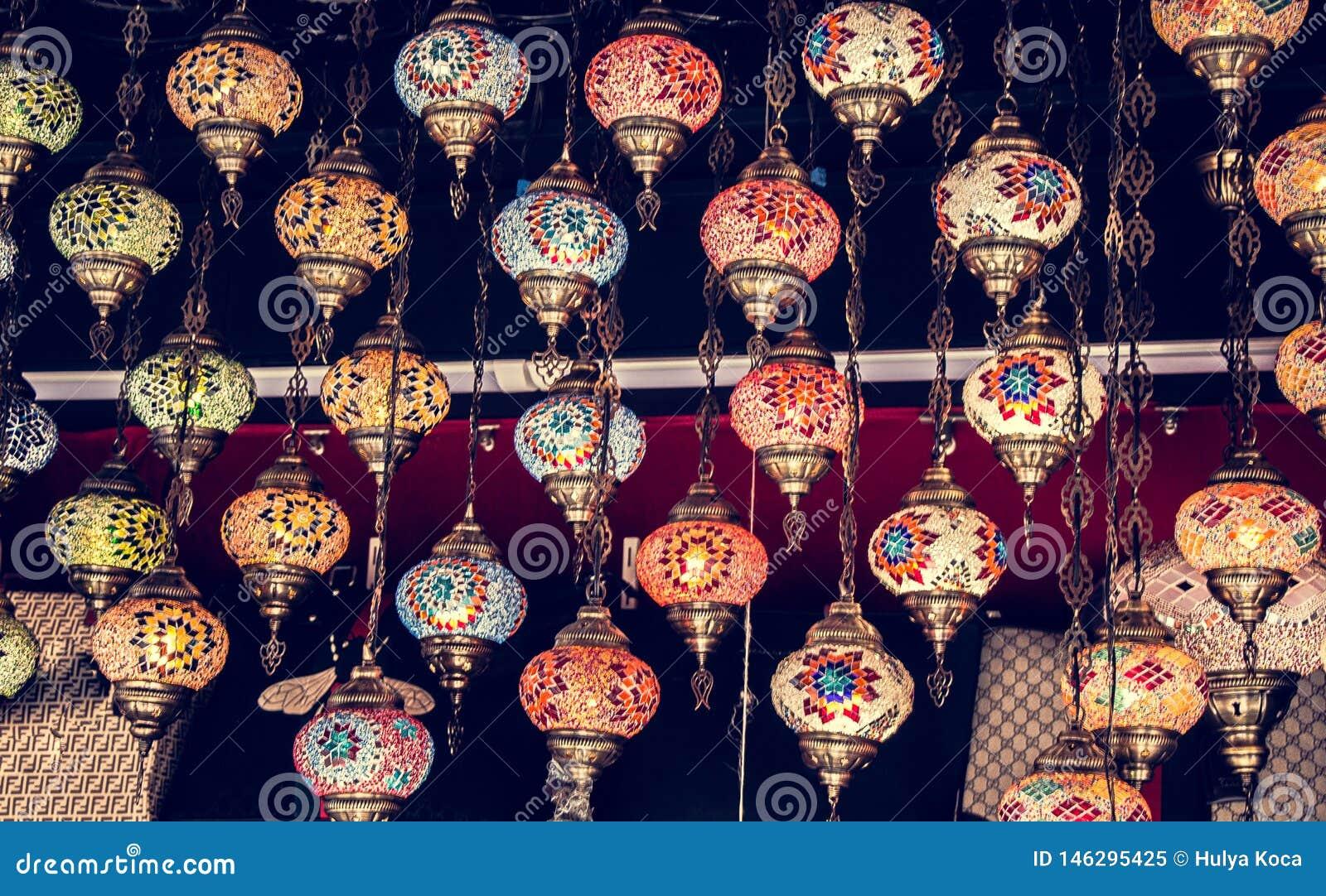 Mosaiska färgrika ottomanlampor i basar