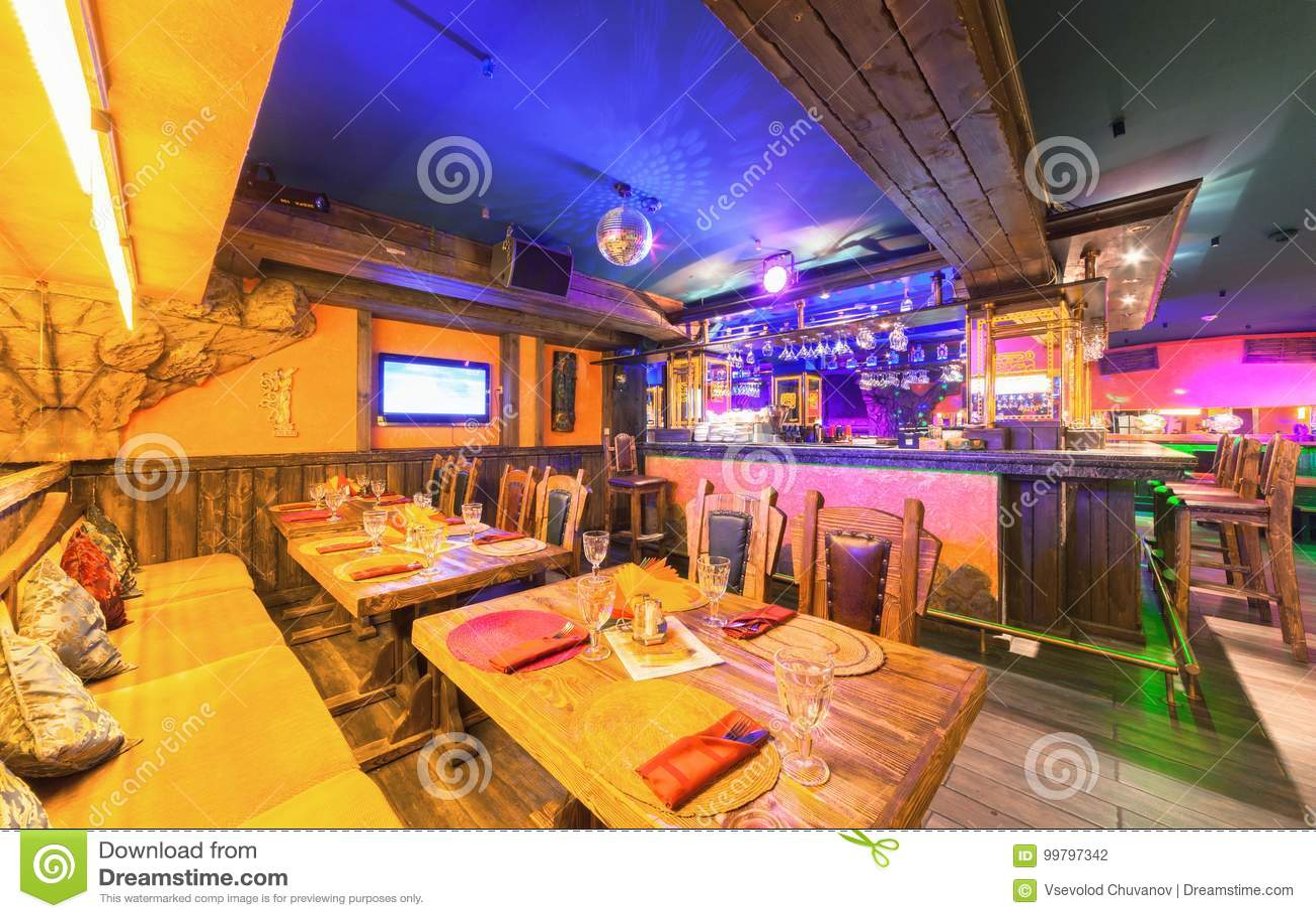 MOSCÚ - AGOSTO DE 2014  Interior del ` mexicano del SOMBRERO del ` del  restaurante del club nocturno Tabla de madera cerca del contador de la barra 19e6228adf9