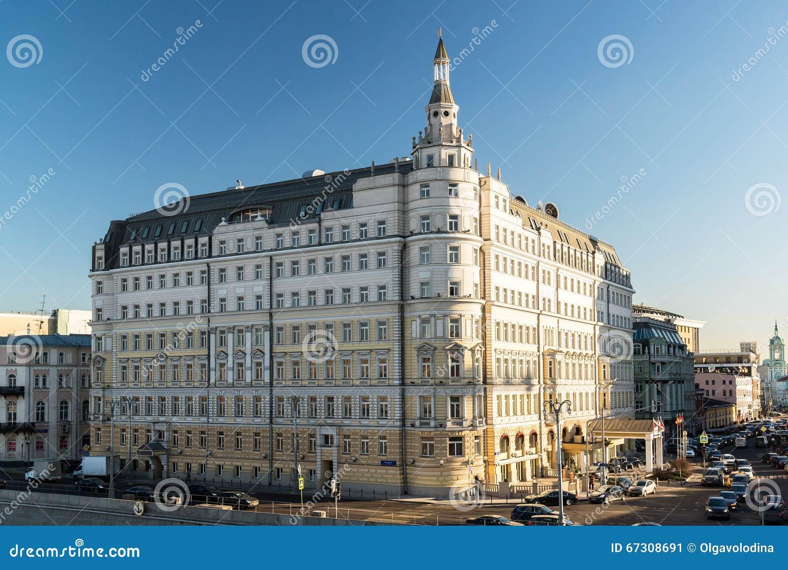 Moscú, Rusia - 18 de febrero 2016 Hotel Baltschug Kempinski y departamento territorial principal de Moscú de banco central de FED